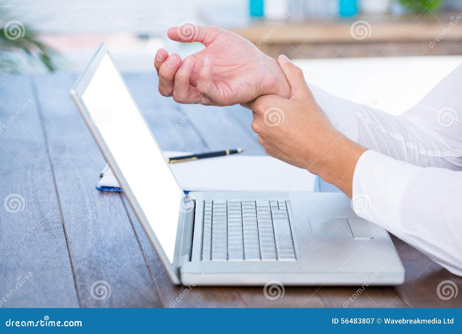 Fermez-vous vers le haut de la vue de l homme massant son poignet