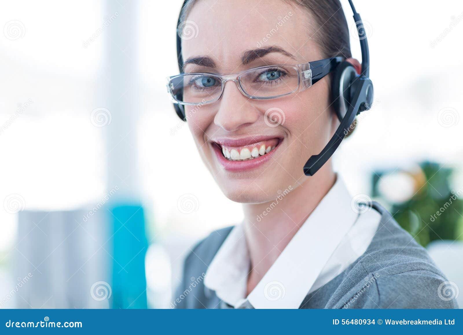 Fermez-vous vers le haut de la vue de la femme d affaires heureuse avec le casque