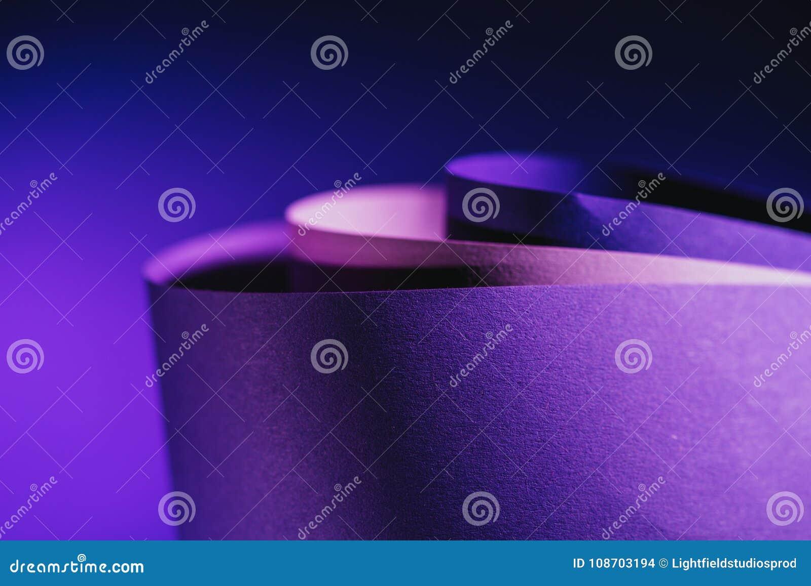 Fermez-vous vers le haut de la vue des arcs du papier pourpre et rose