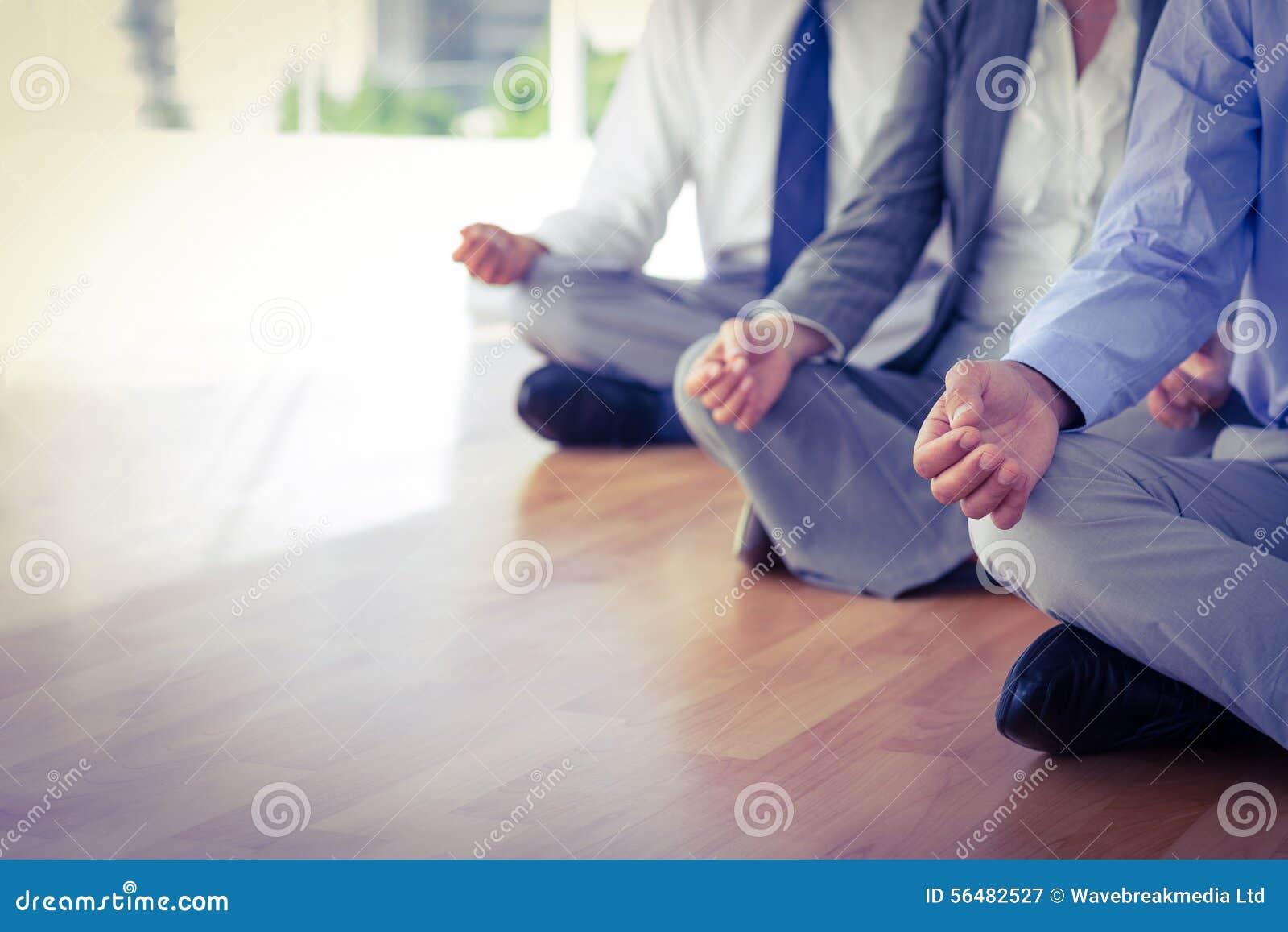 Fermez-vous vers le haut de la vue des gens d affaires faisant le yoga