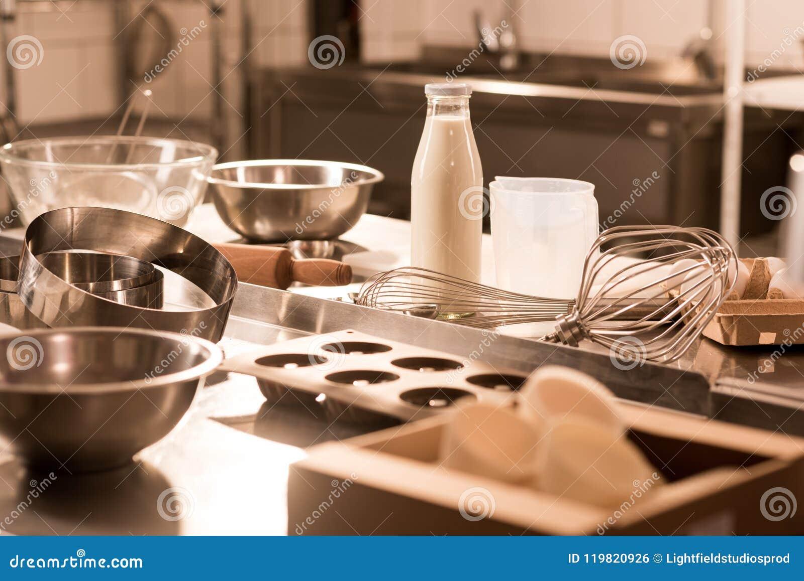 Fermez-vous vers le haut de la vue des ingrédients pour des ustensiles de la pâte et de cuisine sur le compteur dans le restauran