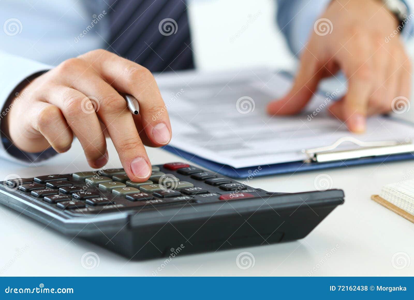 Fermez-vous vers le haut de la vue du comptable ou de la fabrication financière de mains d inspecteur