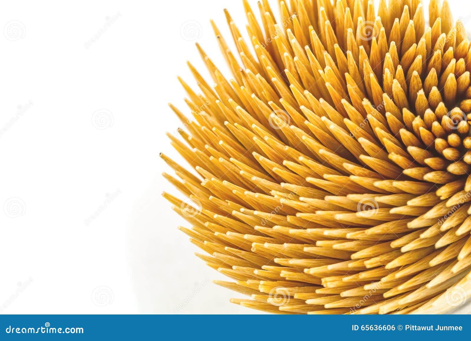 Fermez-vous vers le haut des cure-dents en bambou bruns sur le fond blanc sur la vue supérieure