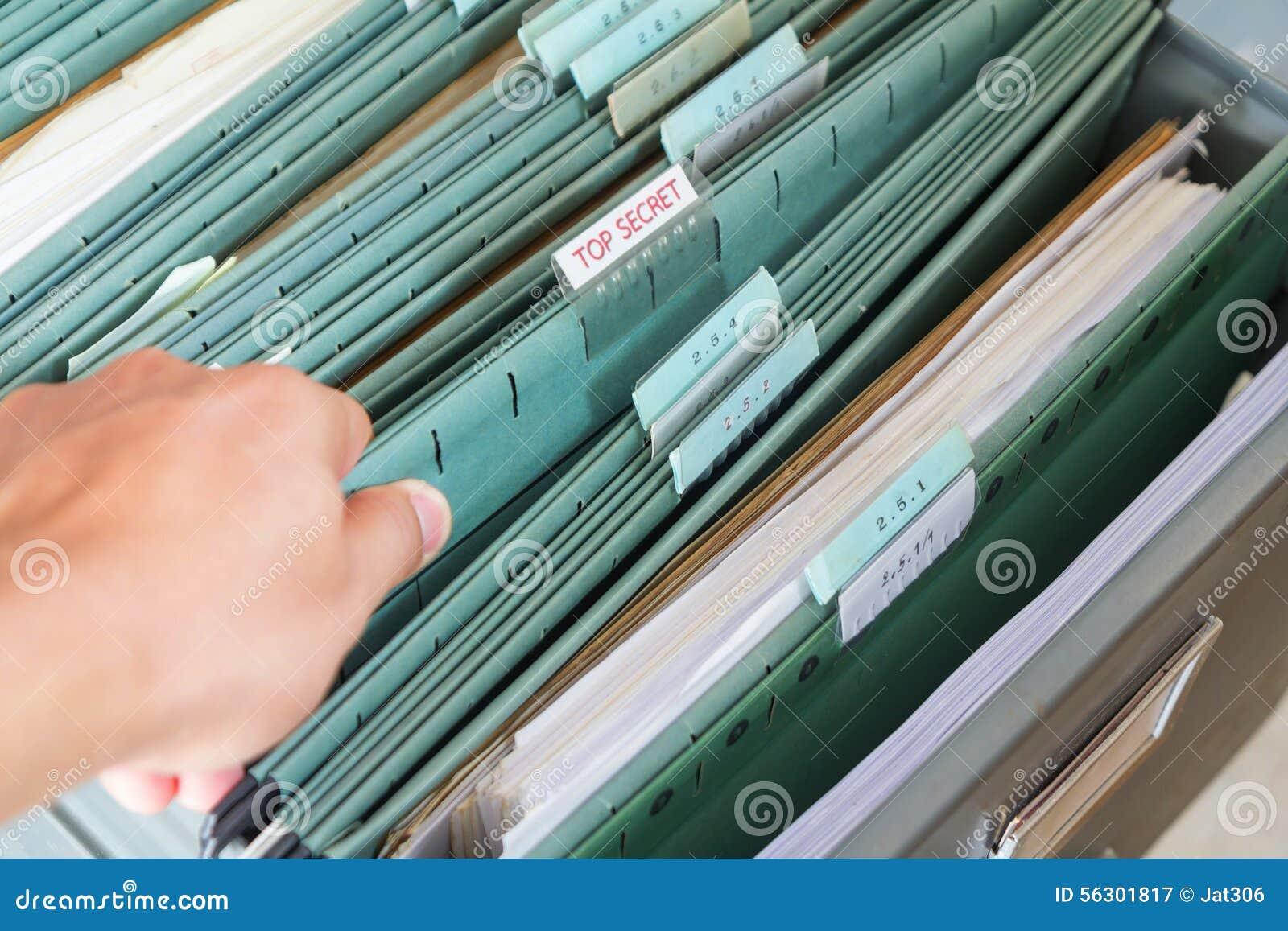 Fermez-vous vers le haut des dossiers dans un meuble d archivage