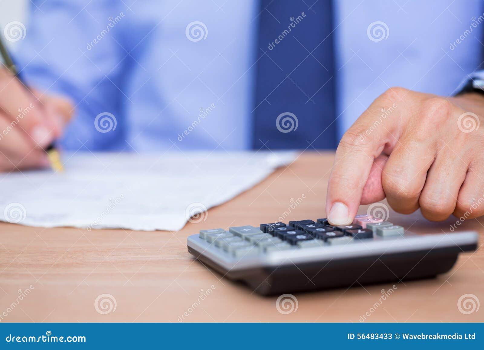 Fermez-vous vers le haut des mains utilisant la calculatrice