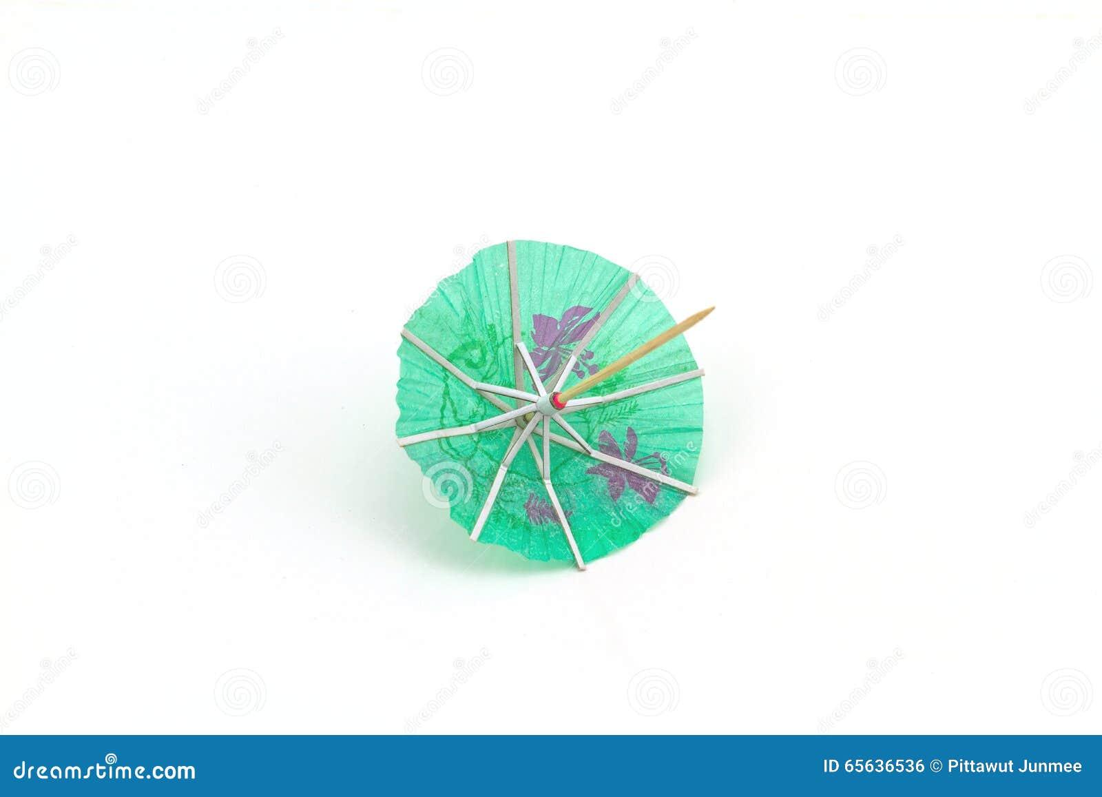 Fermez-vous vers le haut des parapluies bleus de cocktail sur le fond blanc