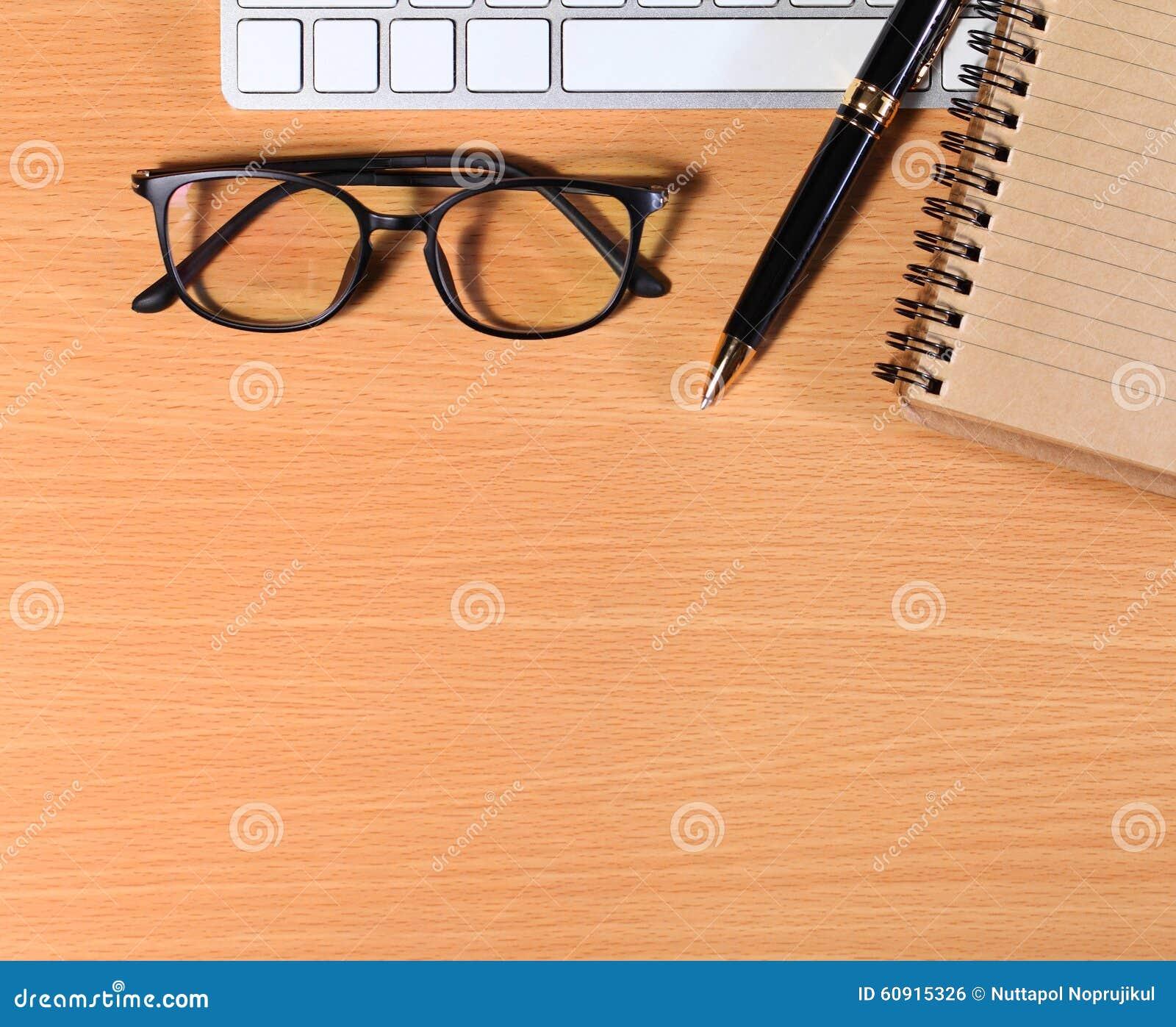 Fermez-vous vers le haut des verres d oeil de lecture sur l homme d affaires Wooden Table avec Ot