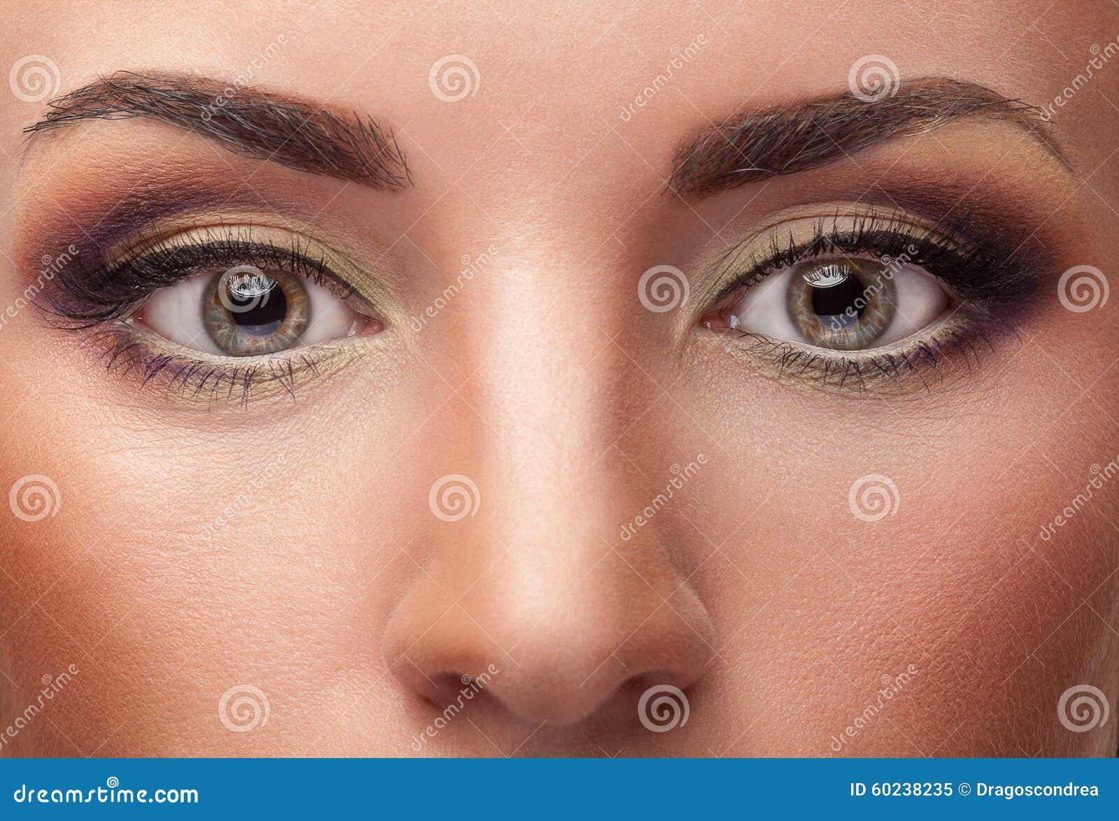 Fermez-vous vers le haut des yeux avec composent