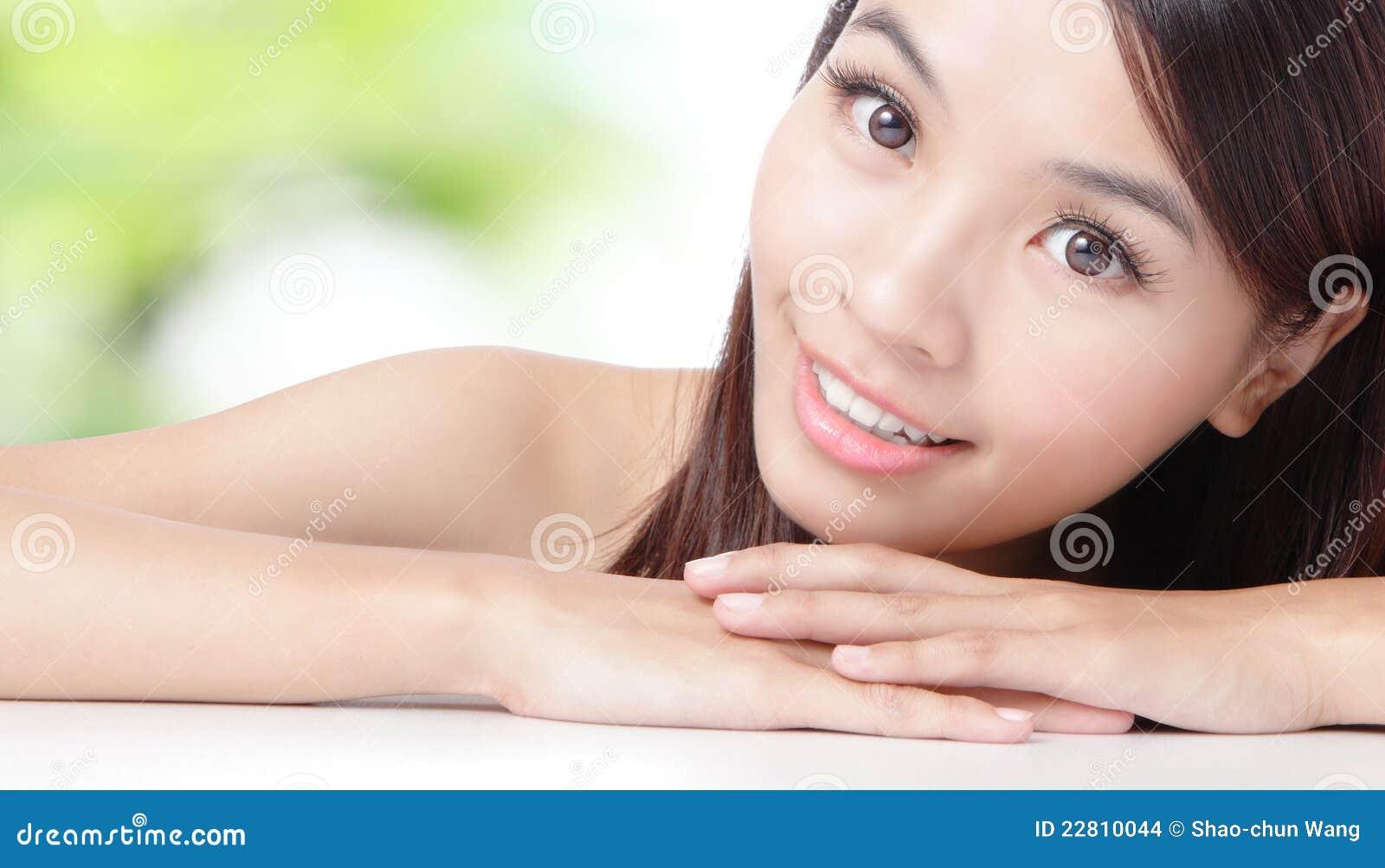 fermez vous vers le haut du beau visage asiatique de femme photo stock image du mains. Black Bedroom Furniture Sets. Home Design Ideas