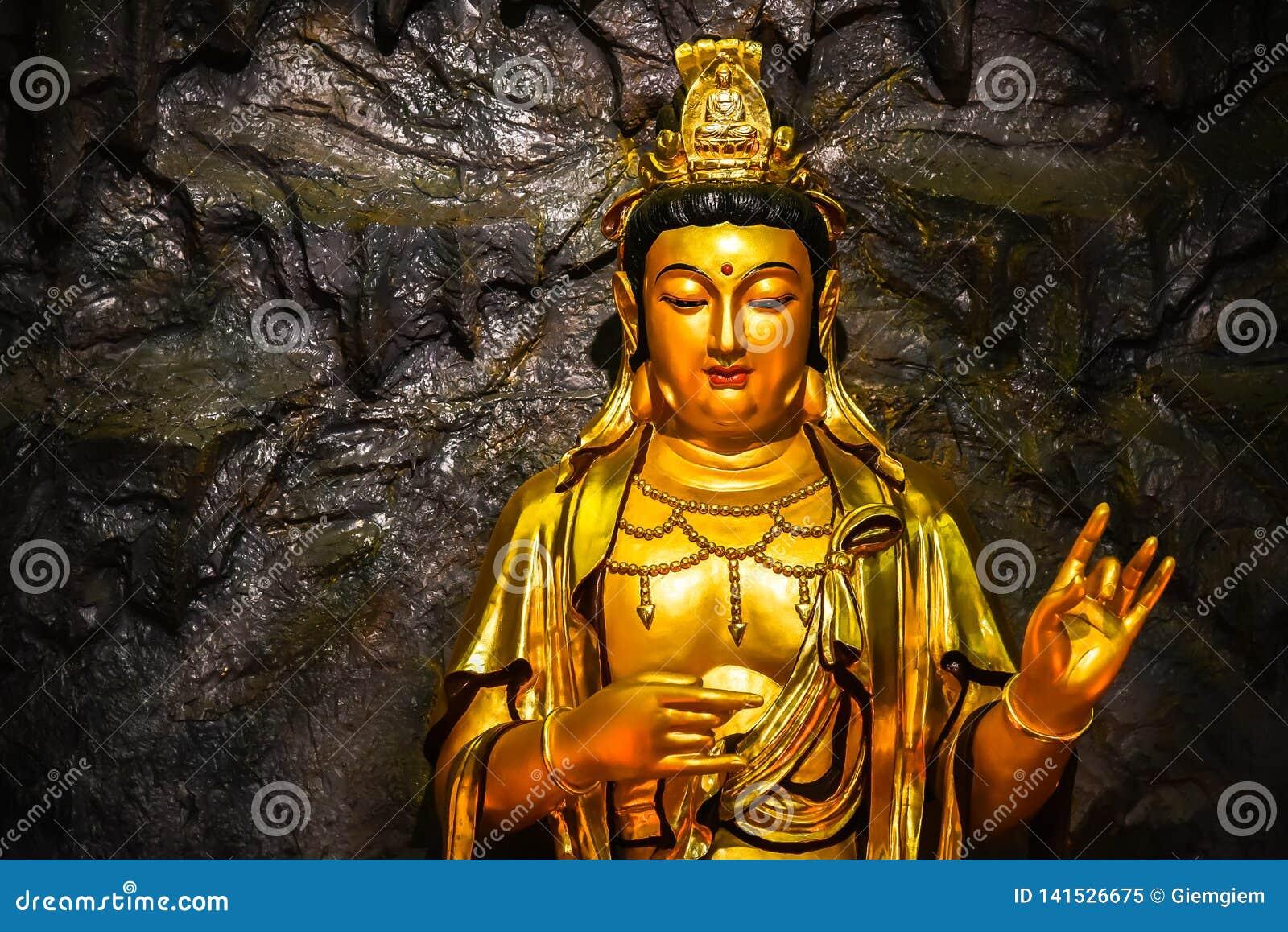 Fermez-vous vers le haut du Bodhisattva d or Guan Yin de statue situé dans la caverne à Hangzhou CHINE