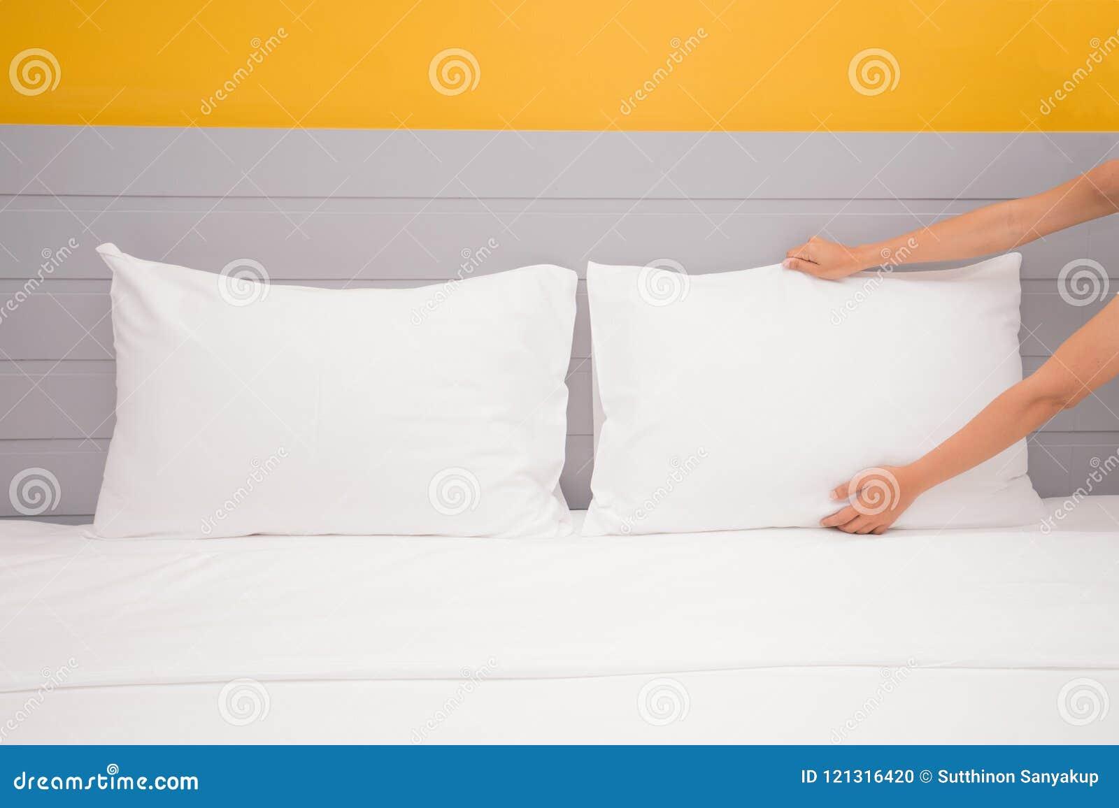 Fermez-vous vers le haut du drap blanc installé par main dans la chambre d hôtel, foyer sélectif