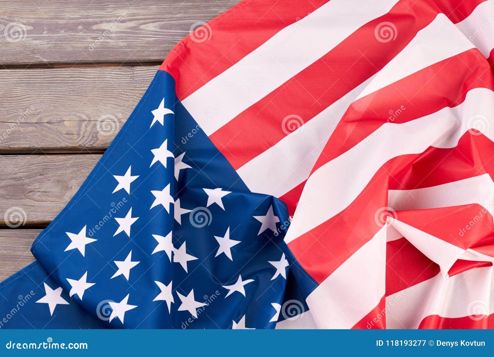 Fermez-vous vers le haut du drapeau des Etats-Unis sur la surface en bois