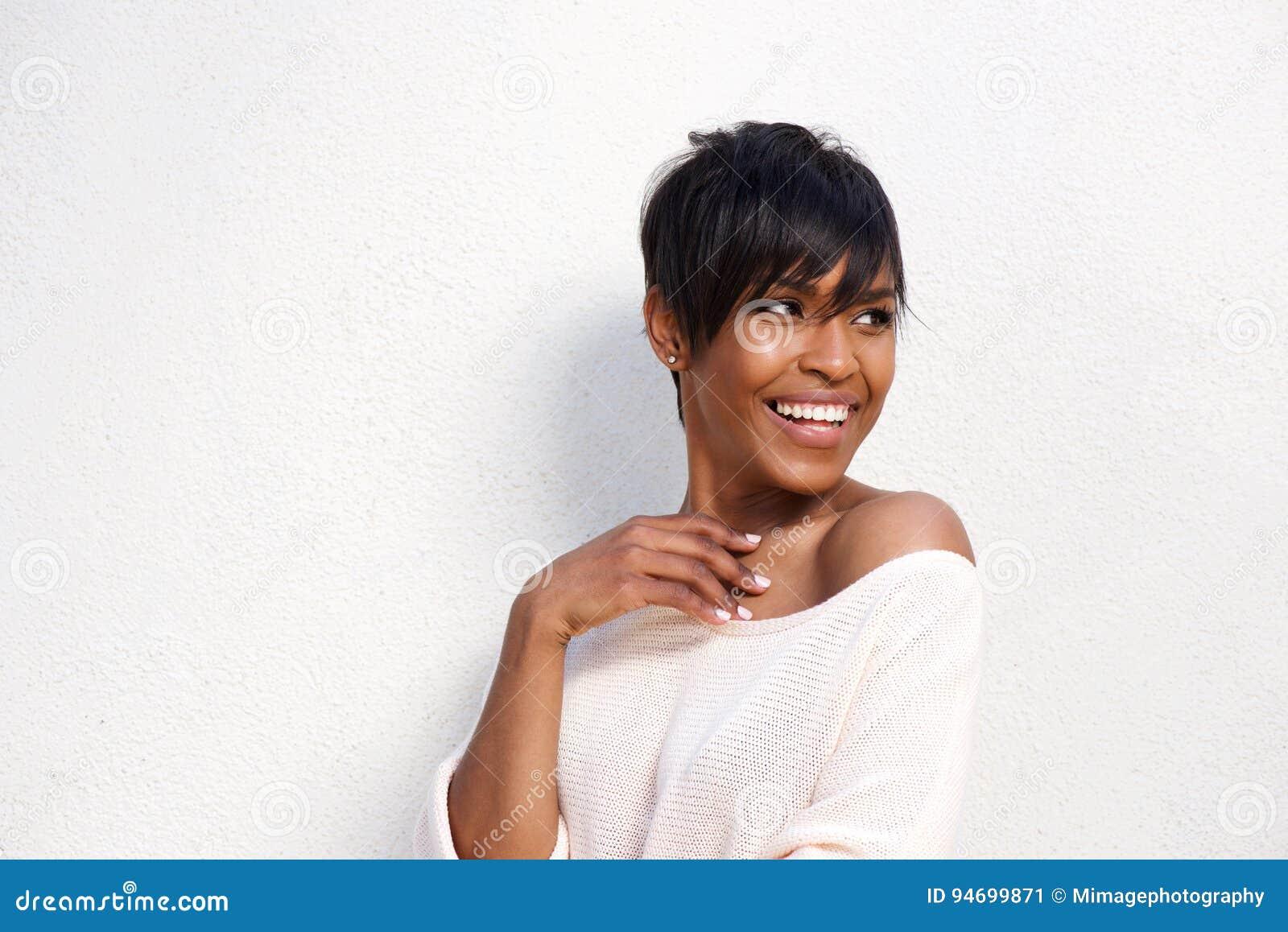 Fermez-vous vers le haut du jeune modèle femelle noir élégant sur le fond blanc