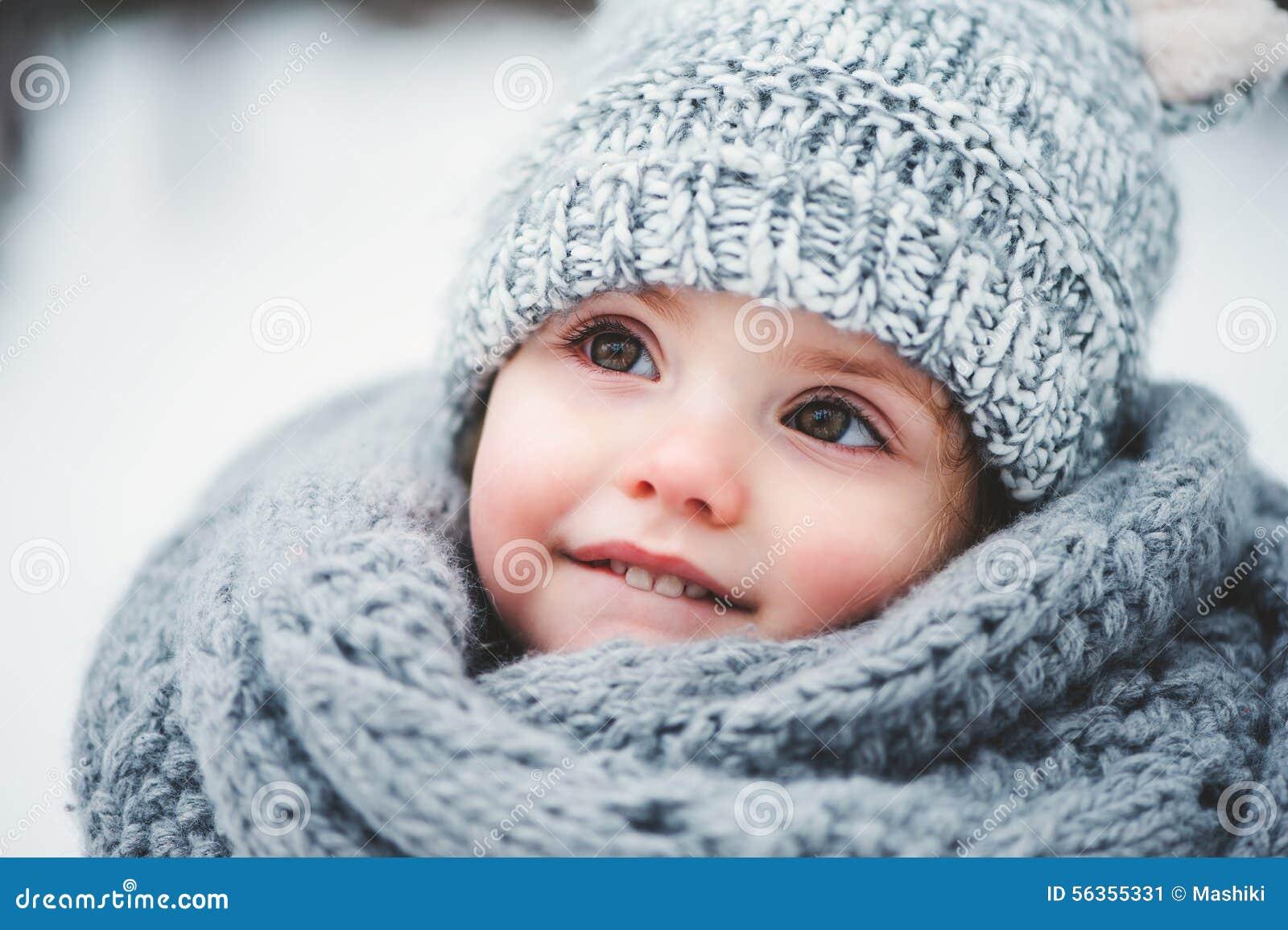 Fermez-vous vers le haut du portrait d hiver du bébé de sourire adorable