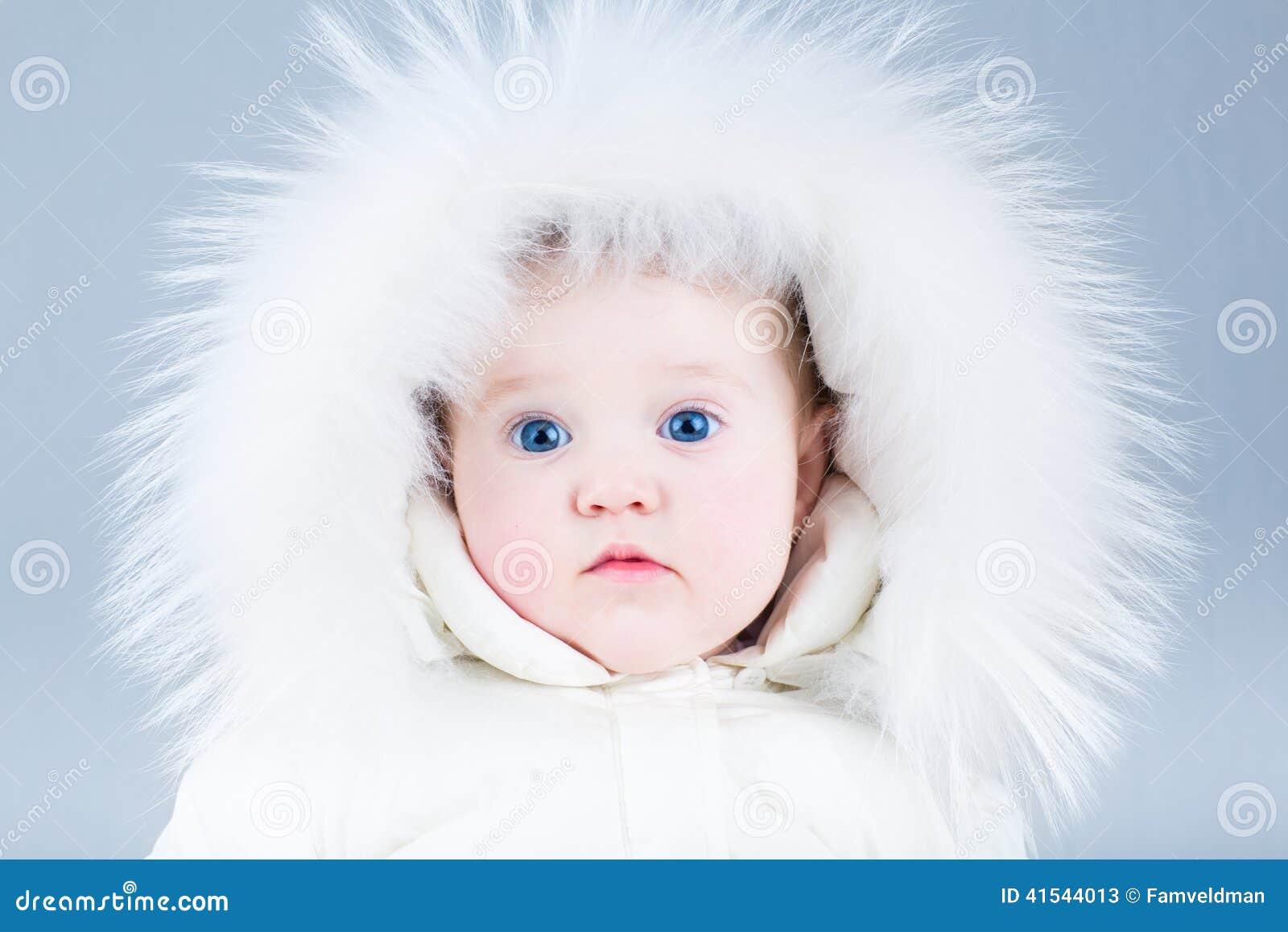 Fermez-vous vers le haut du portrait d un beau bébé dans la veste d hiver