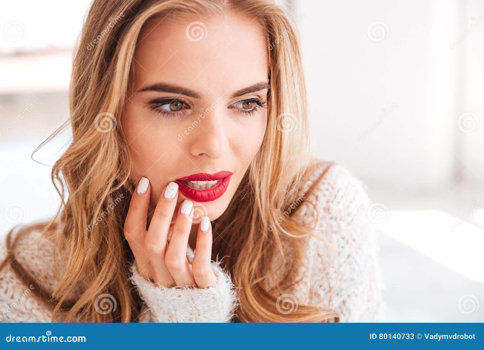 Fermez-vous vers le haut du portrait d une femme avec du charme avec le rouge à lèvres rouge