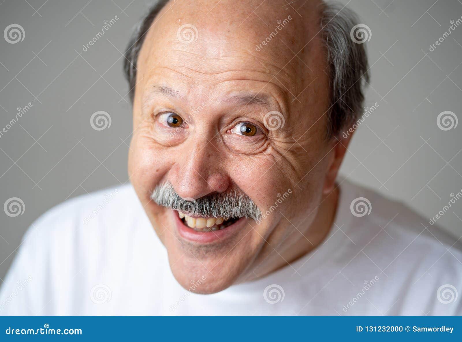 Fermez-vous vers le haut du portrait de l homme supérieur de sourire avec le visage heureux regardant l appareil-photo