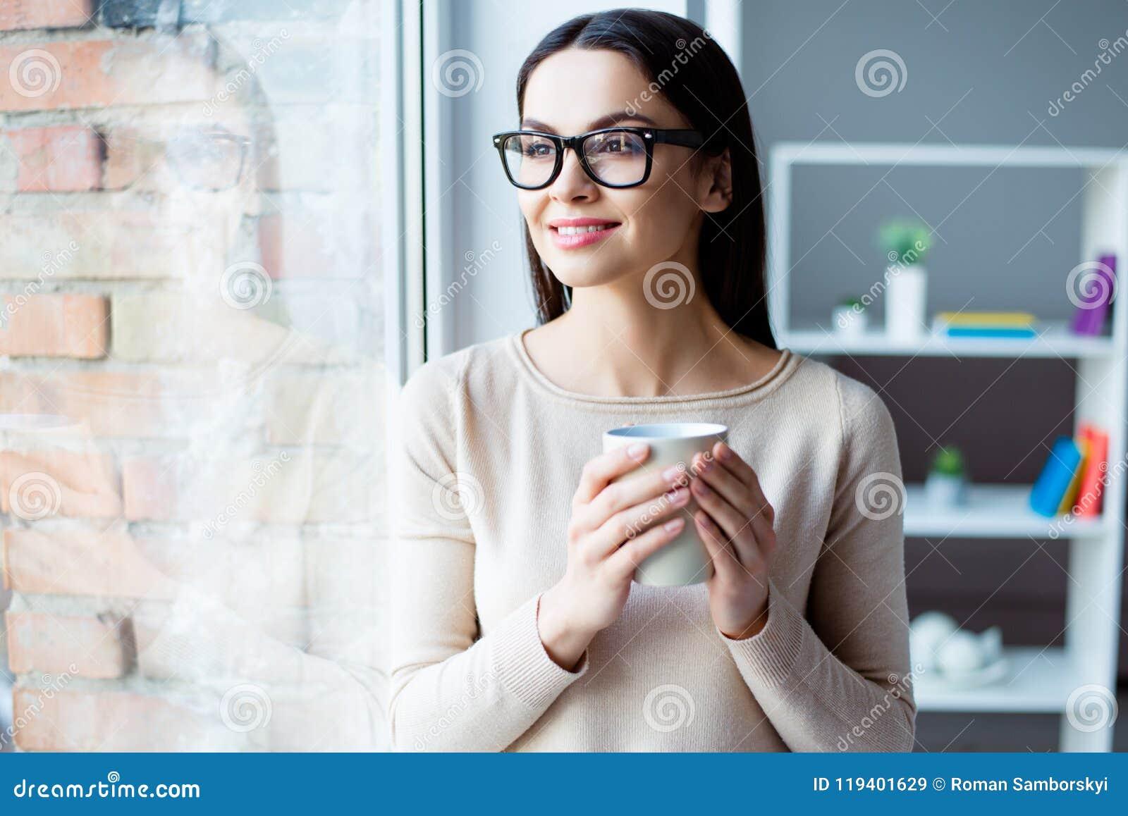 Fermez-vous vers le haut du portrait de la jeune jolie femme heureuse se tenant avec du Cu