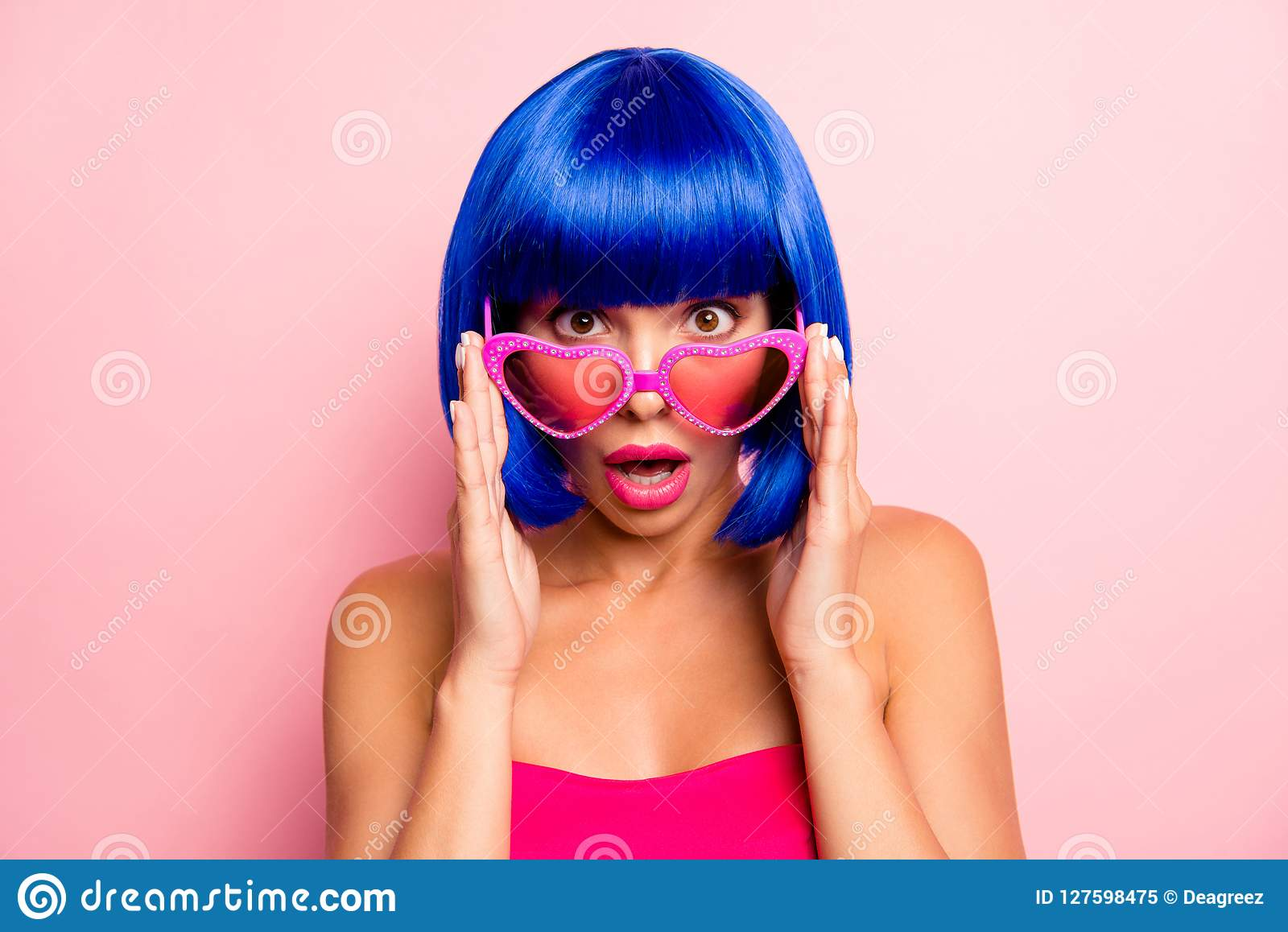 Fermez-vous vers le haut du portrait de photo du fond étonné choqué par dame attirante de rose en pastel en verre d été de touchi