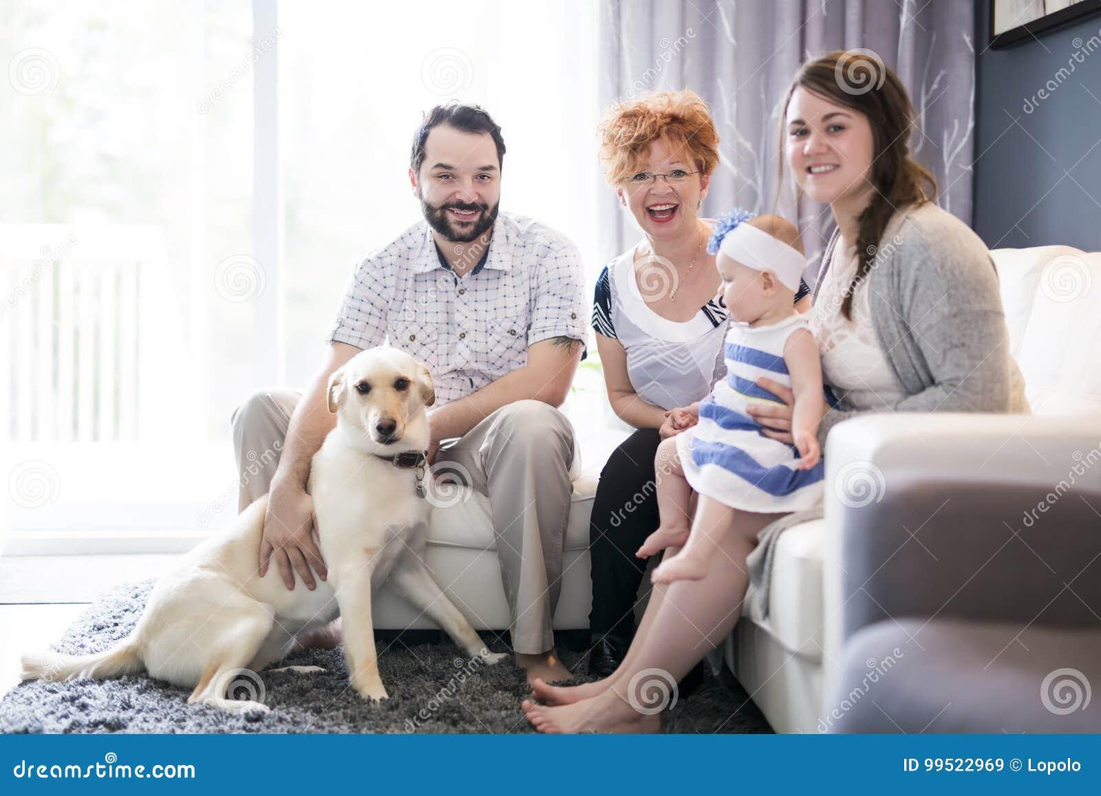 Fermez-vous vers le haut du portrait de trois générations des femmes étant fille étroite, de grand-mère, de mère et de bébé à la