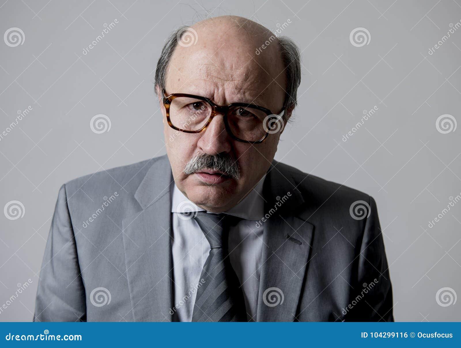 Fermez-vous vers le haut du portrait principal du regard triste et déprimé supérieur chauve d homme des affaires 60s désespéré et