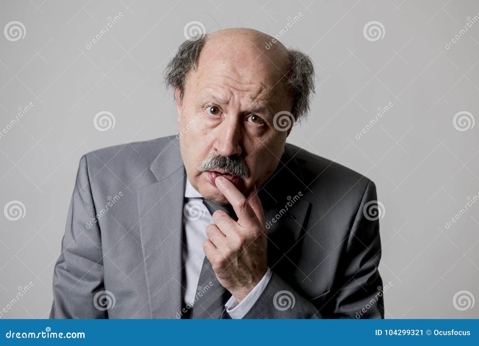 Fermez-vous vers le haut du portrait principal du regard triste et déprimé supérieur chauve d homme des affaires 60s drôle et mal