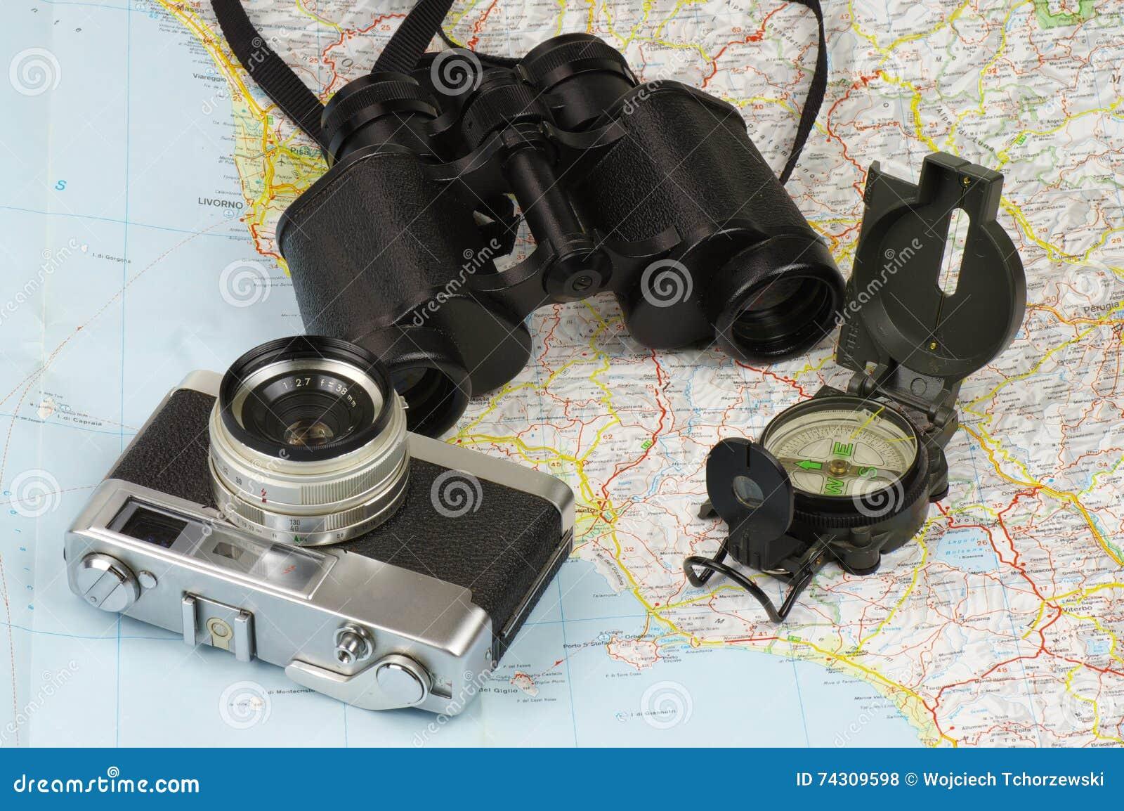 Ferngläser kompass kamera und karte stockfoto bild von roam