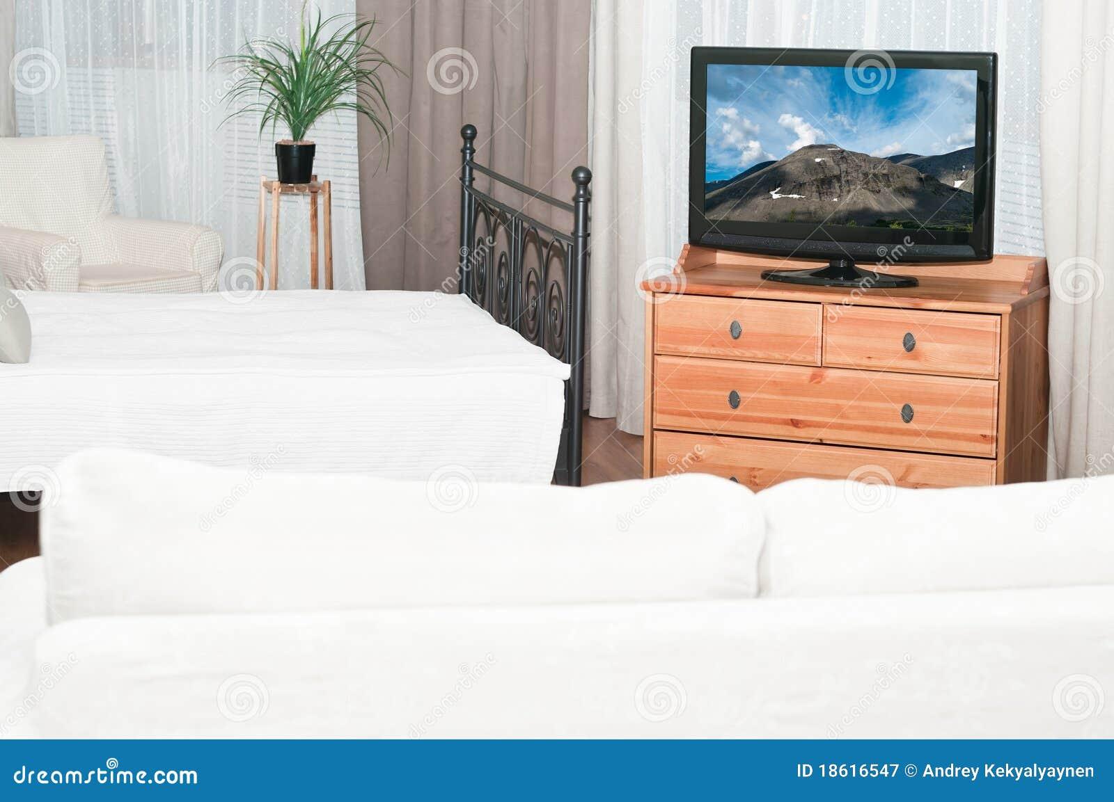 Fernseher im Schlafzimmer stockbild. Bild von leben, zeitgenössisch ...
