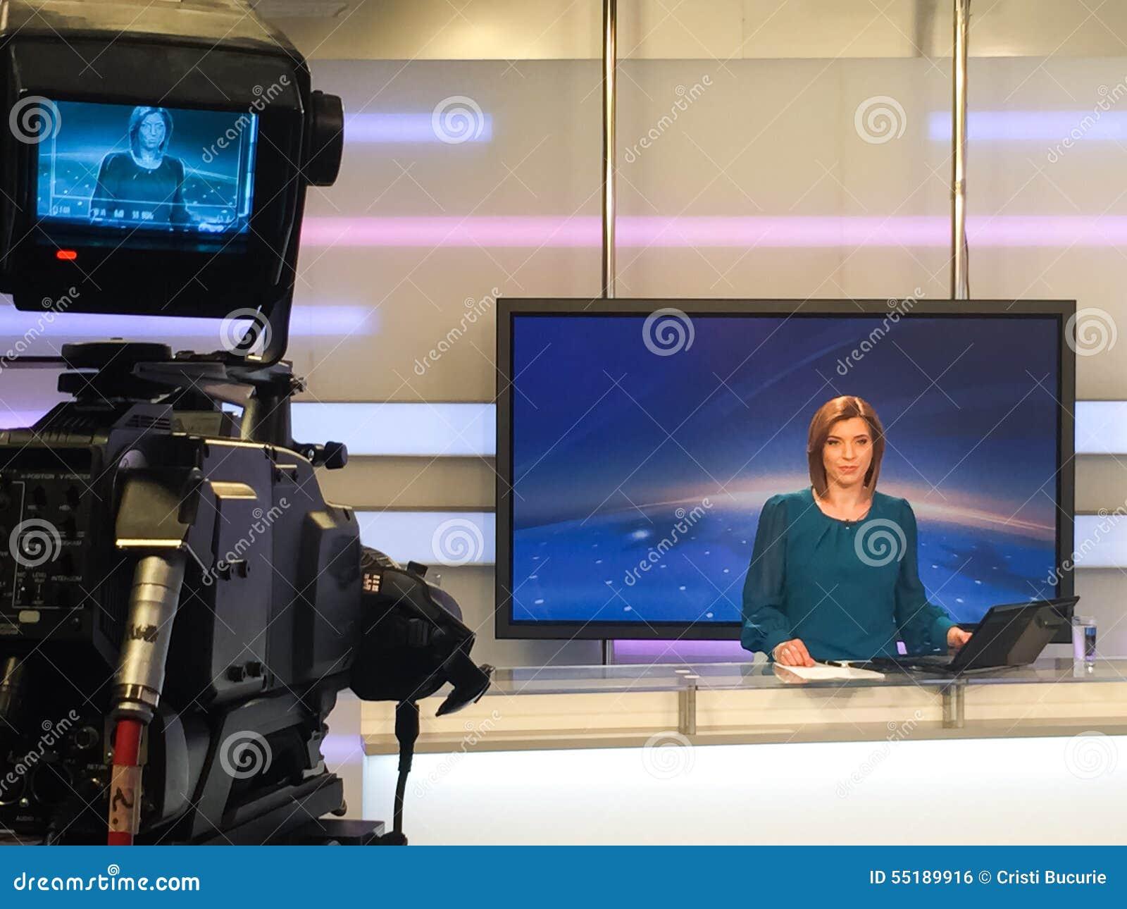 Fernsehreporter am Nachrichtenschreibtisch