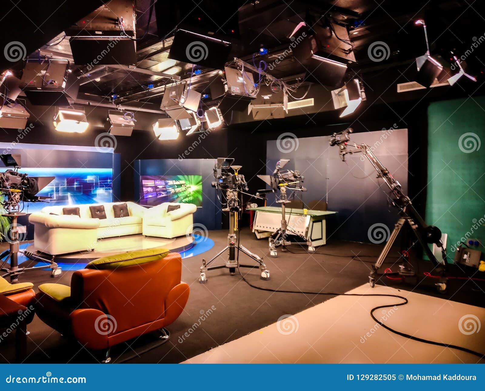 Fernsehstudio mit Kamera, Lichtern und Trainer für Interview für das Notieren von Fernsehshow - Hochschulkommunikationscollage