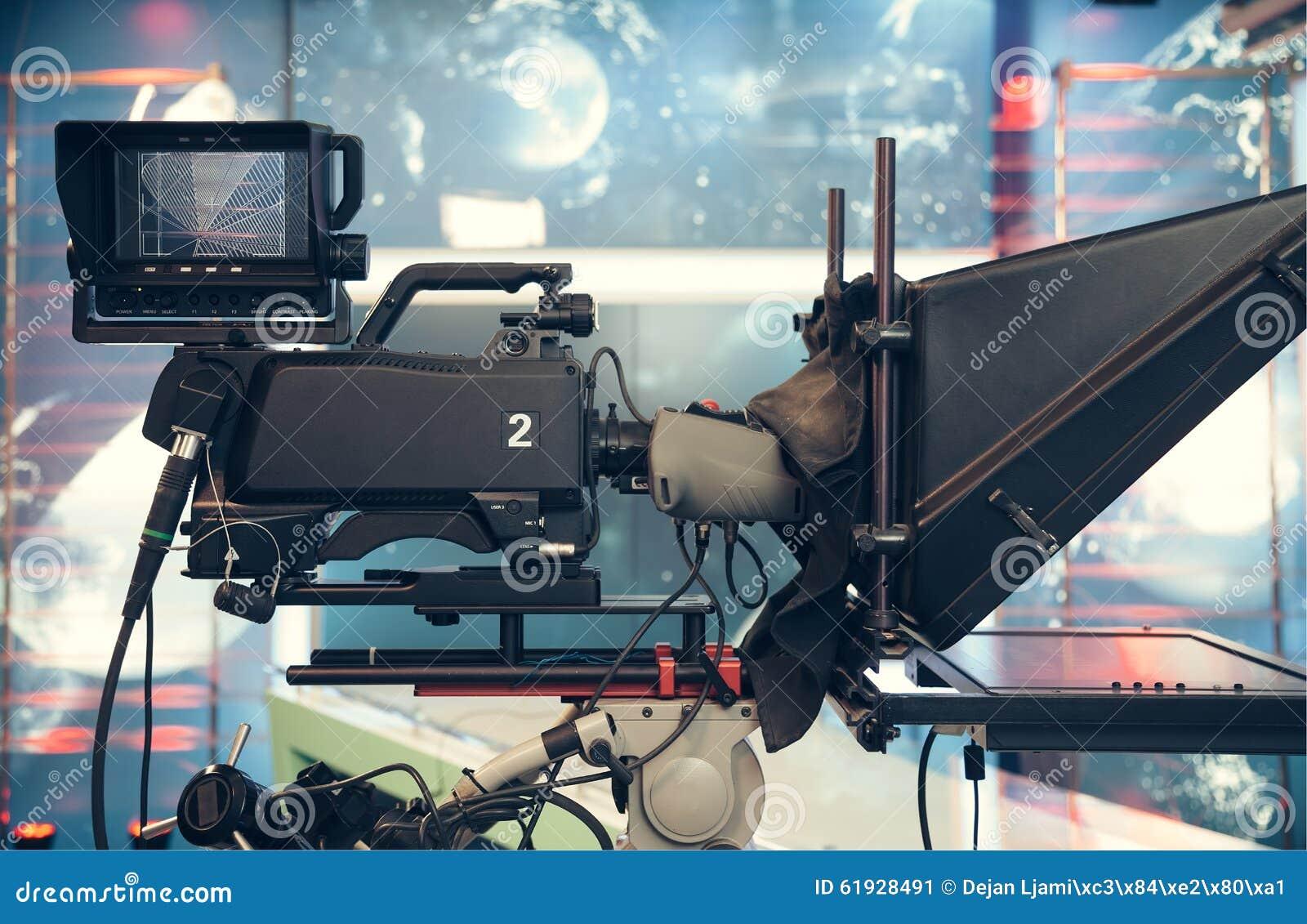 Fernsehstudio mit Kamera und Lichtern - notierende Fernsehnachrichten