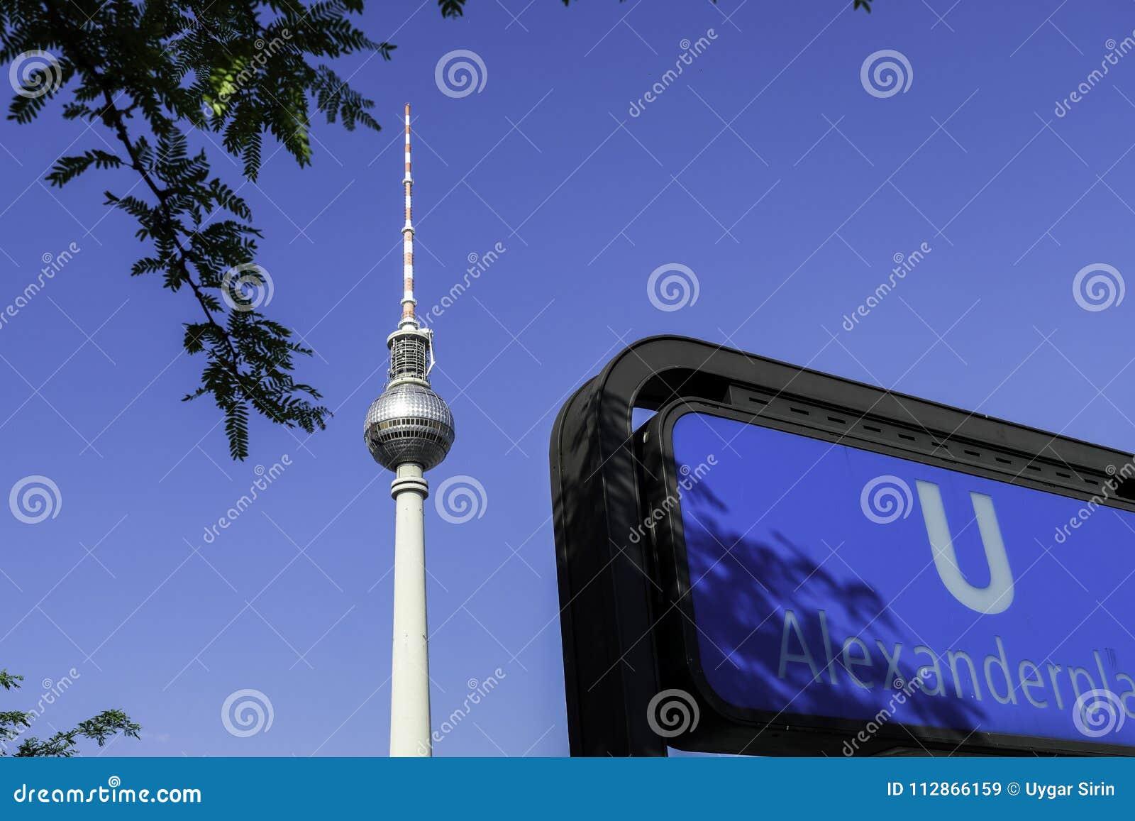 Fernsehturm z Berlin U Bahn znakiem przy Alexanderplatz