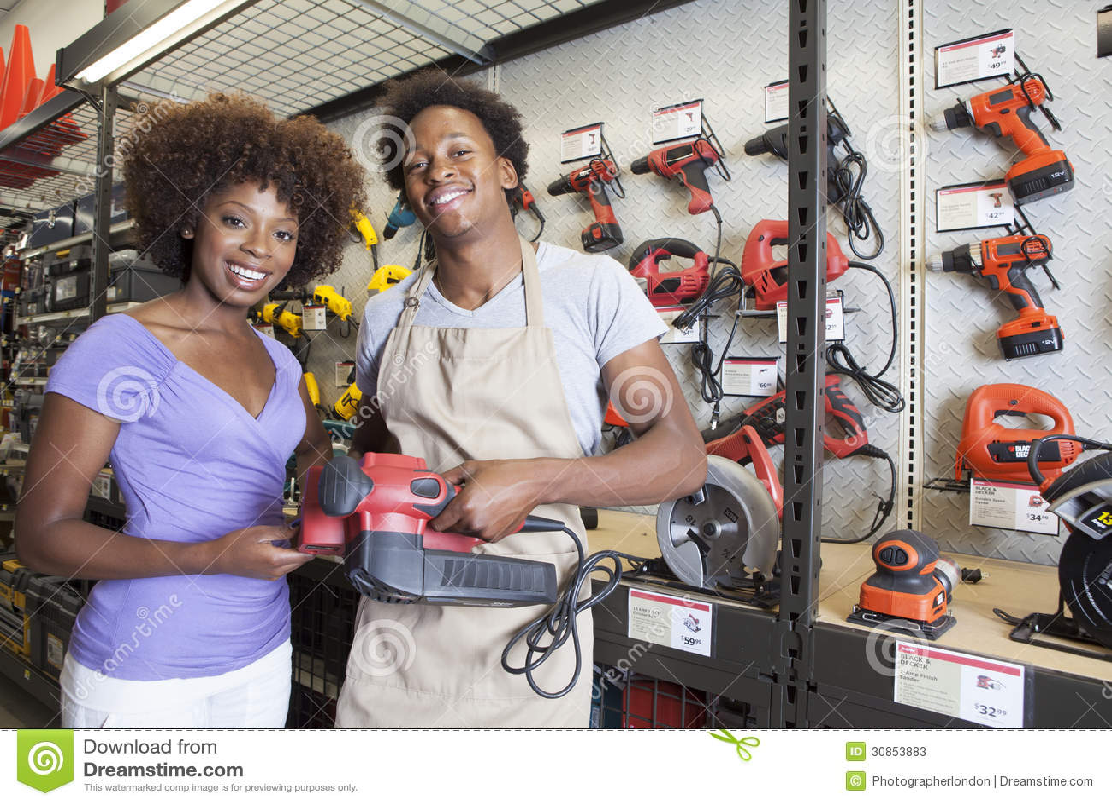 Ferramenta de compra da mulher afro-americano na loja de ferragens