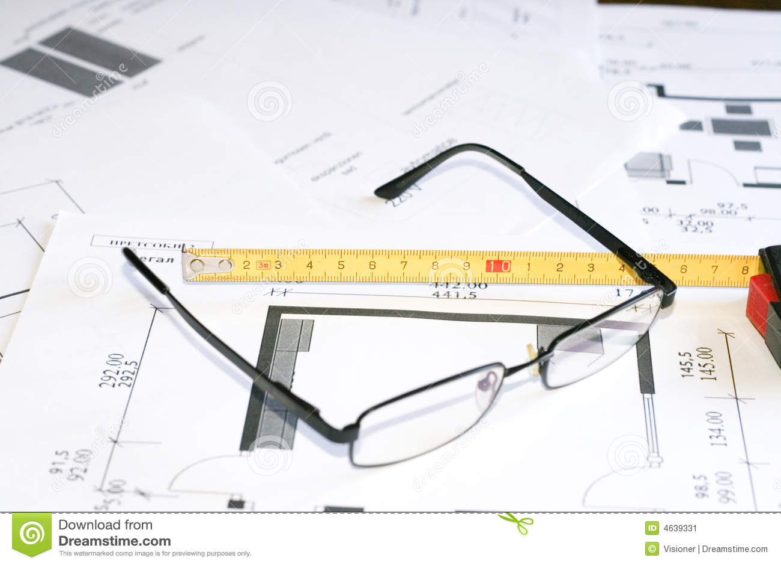 Ferramenta e vidros da medida sobre modelos