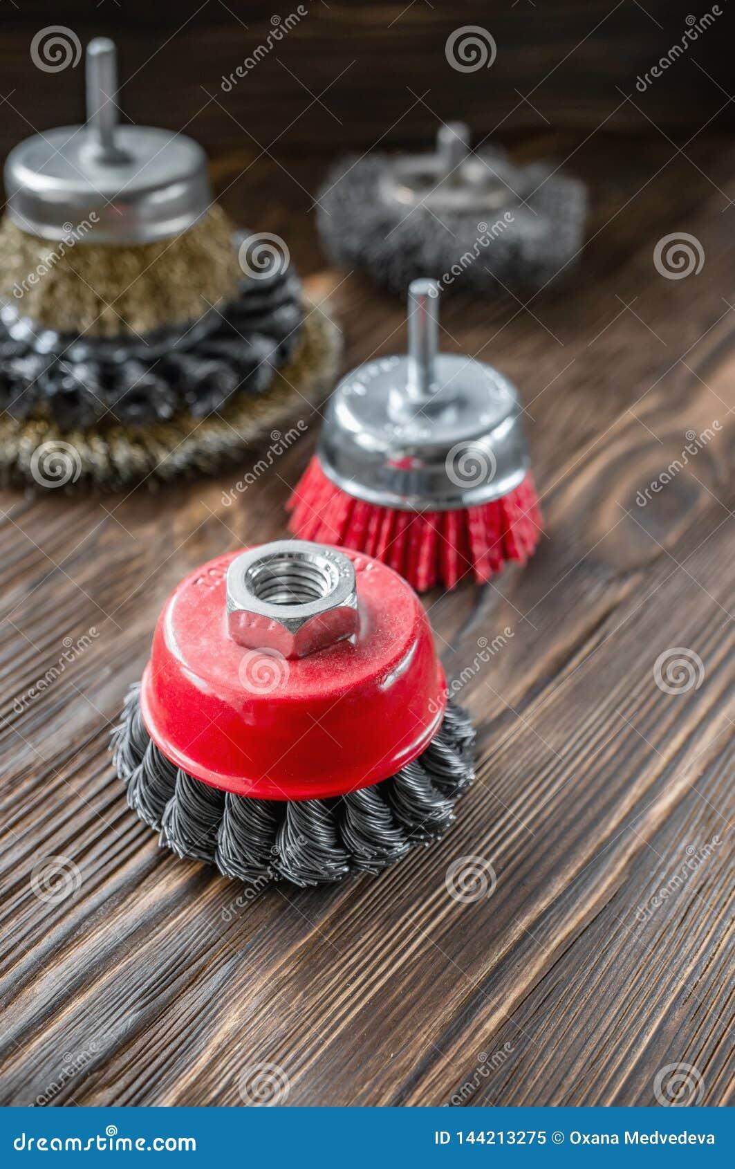 Ferramentas abrasivas para escovar a madeira e dar-lhe a textura Escovas de fio na madeira tratada Copie o espaço