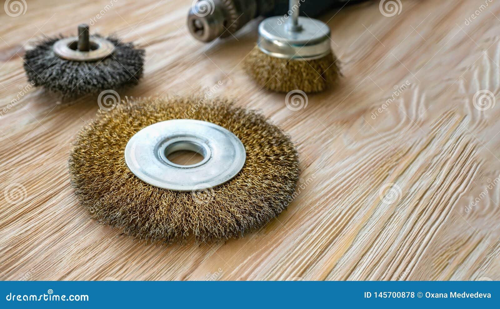 Ferramentas abrasivas para escovar a madeira e dar-lhe a textura Escovas de fio na madeira tratada Copie o espa?o