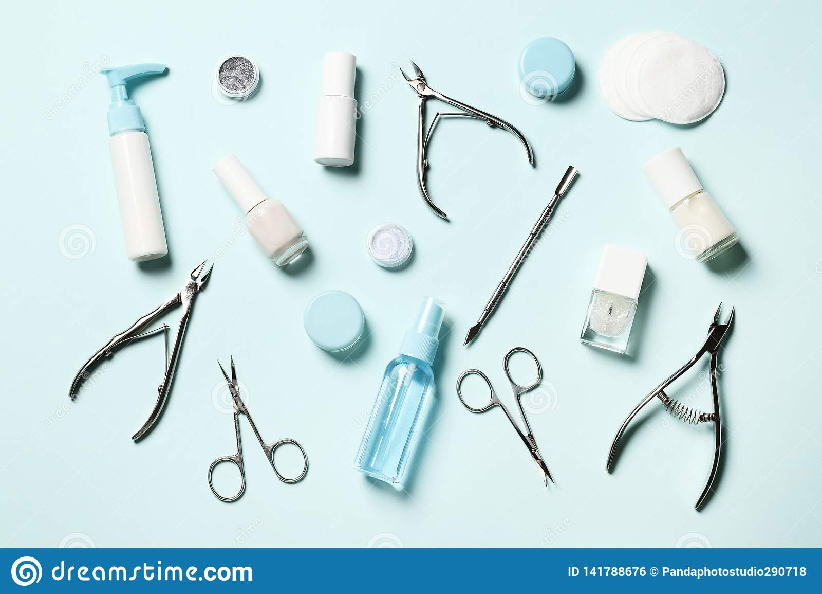 Ferramentas cosméticas para o tratamento de mãos e o pedicure