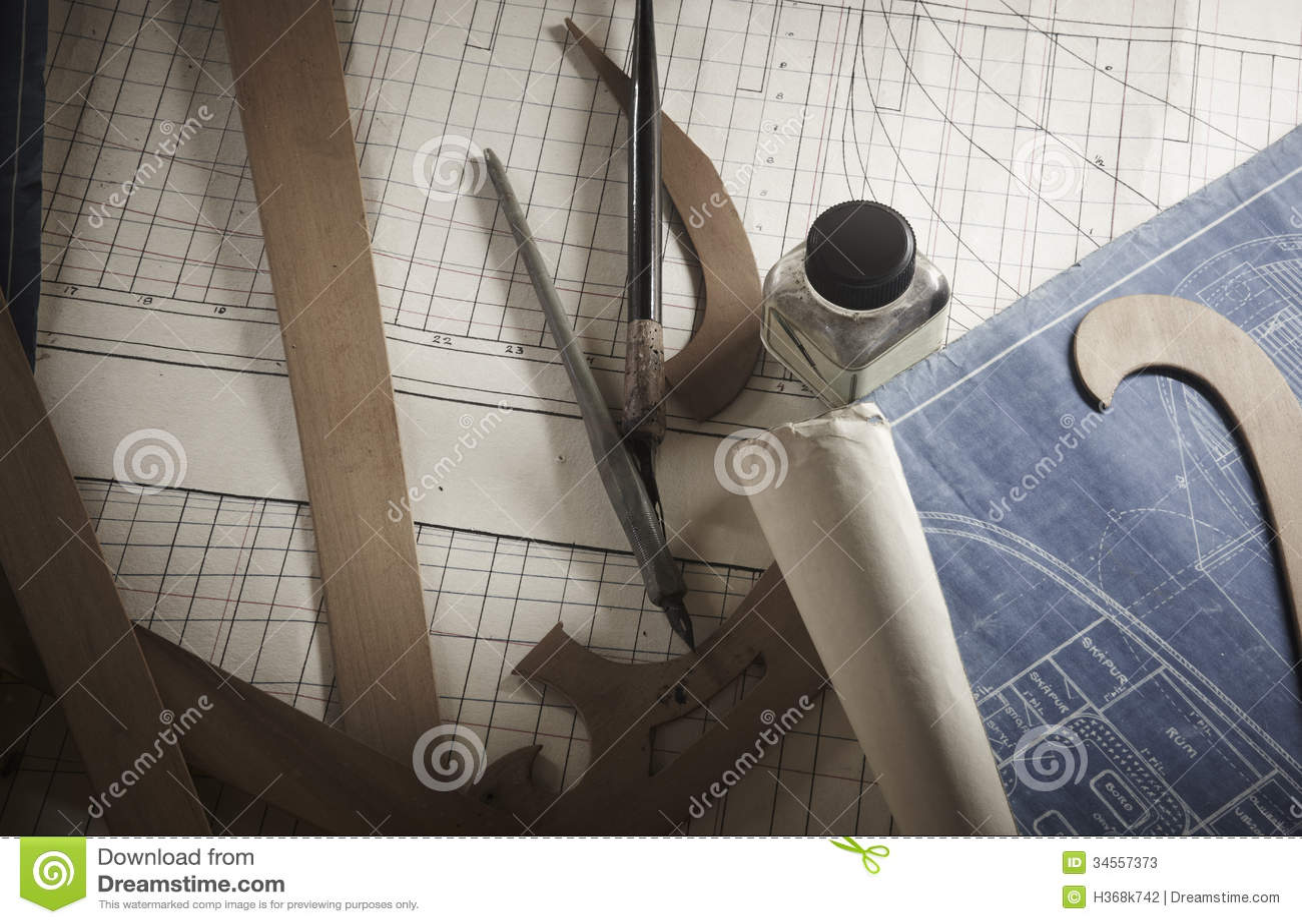 Ferramentas de desenho antigas e planos de papel.