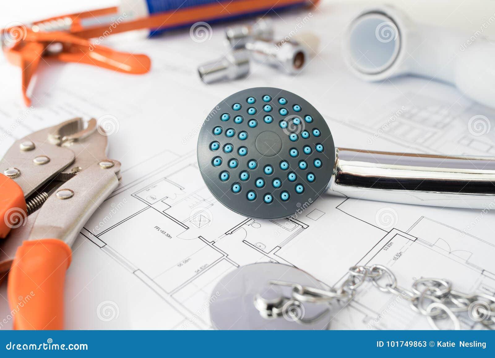 Ferramentas e componentes do encanamento arranjados em planos da casa
