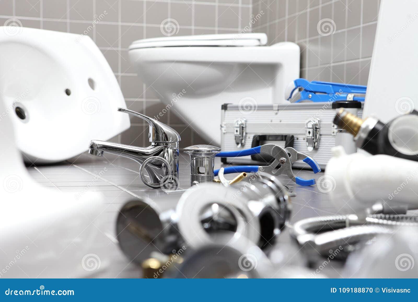 Ferramentas e equipamento do encanador em um banheiro, sondando o servi do reparo