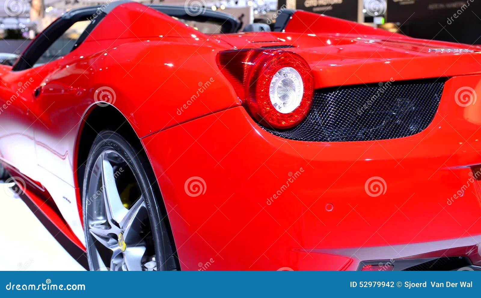 Μεγάλο αυτοκίνητο μικρό πουλί