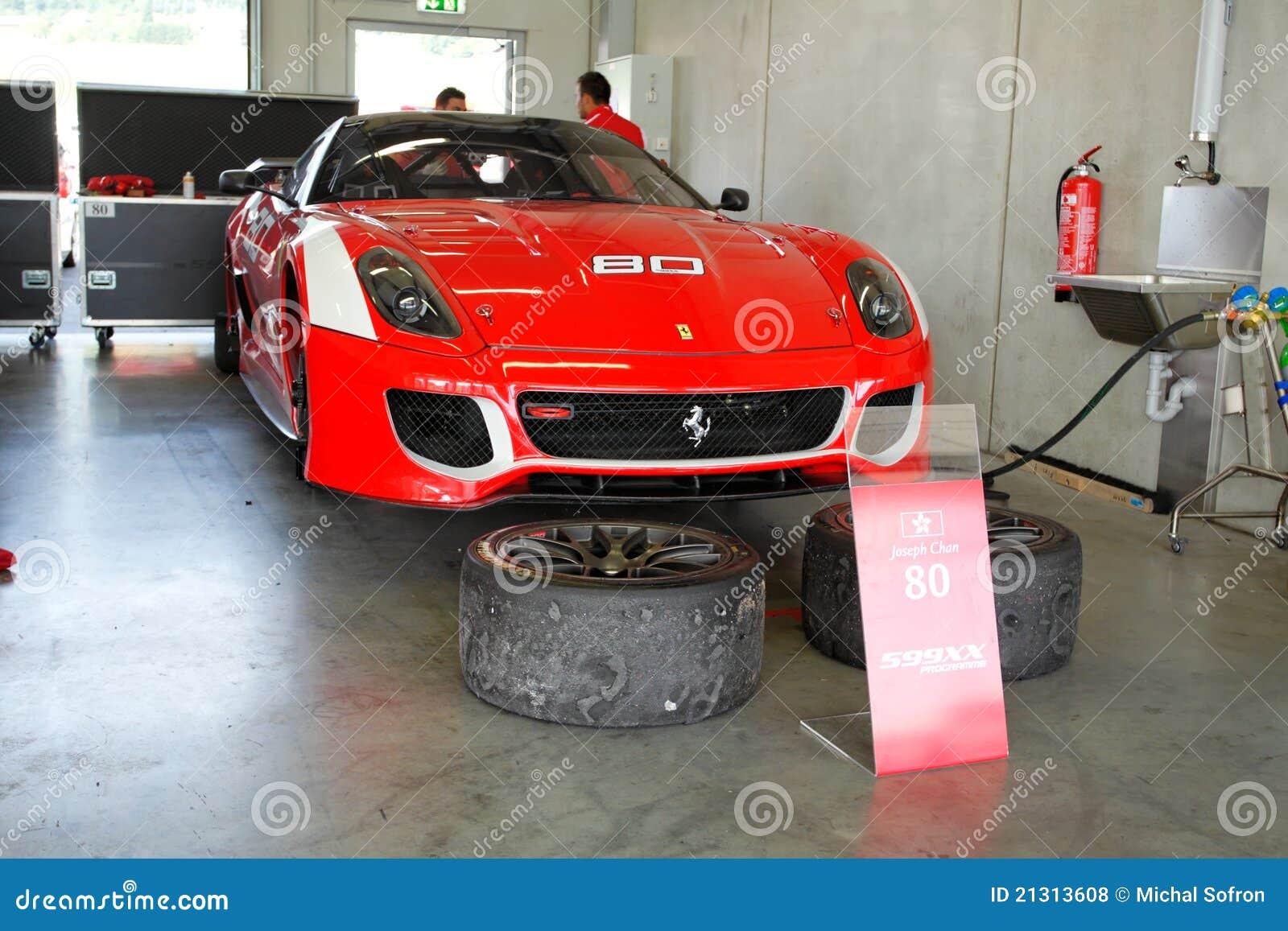 Ferrari 599xx in garage redactionele stock foto for Garage formule m