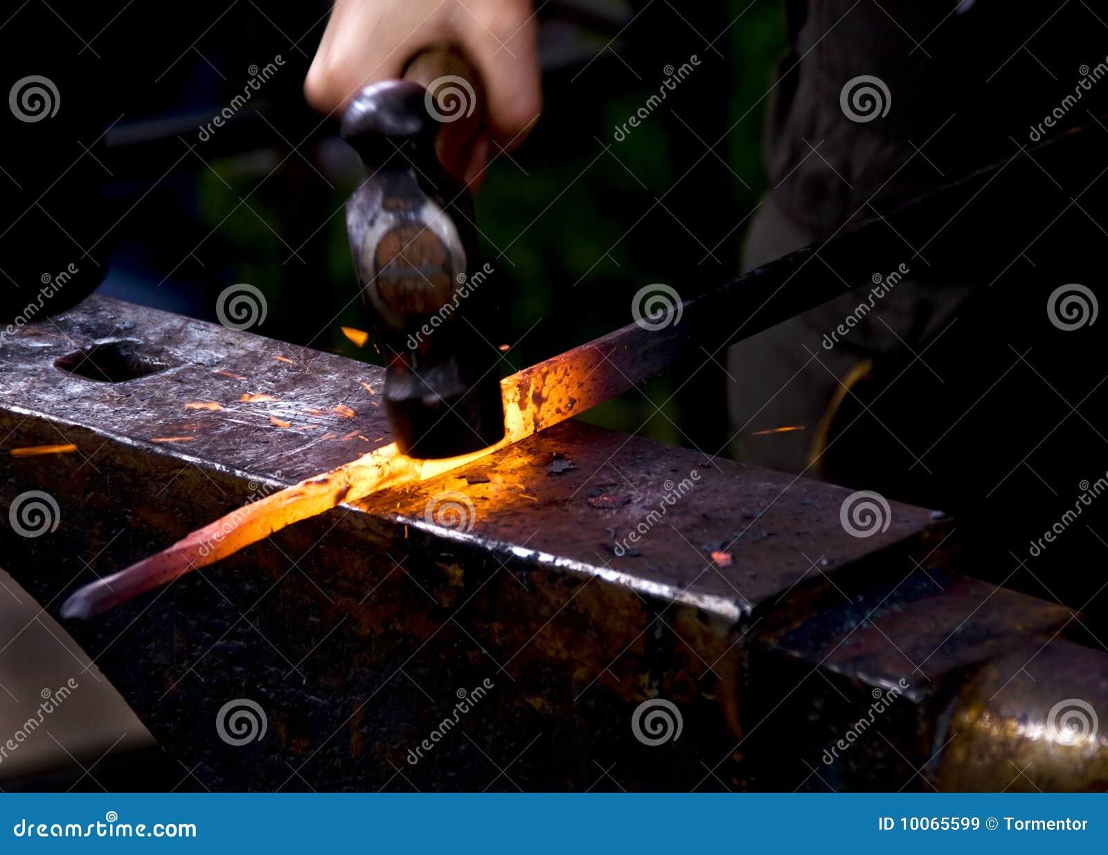 Ferreiro que martela o metal quente