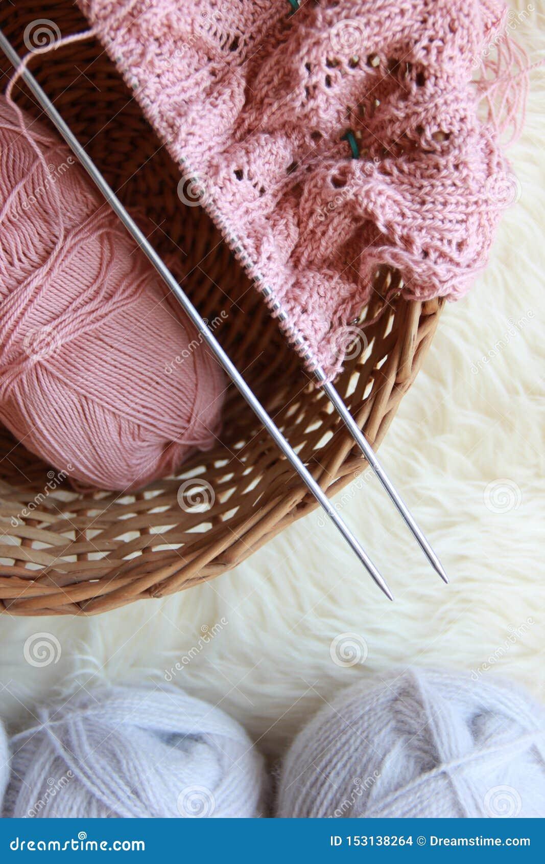 Ferri da maglia con filato e un gomitolo di filo,