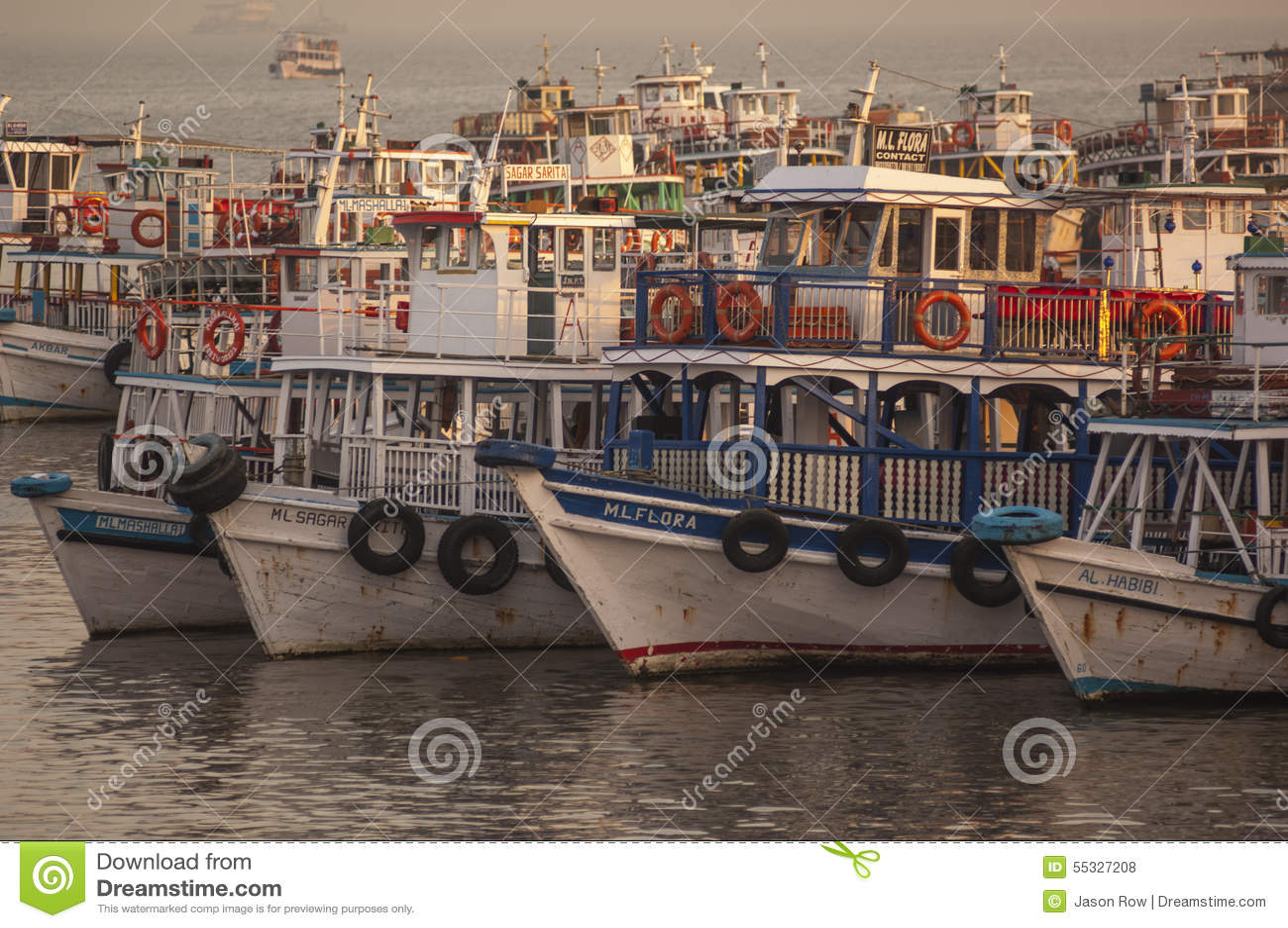 Ferries colorés près du passage à l Inde