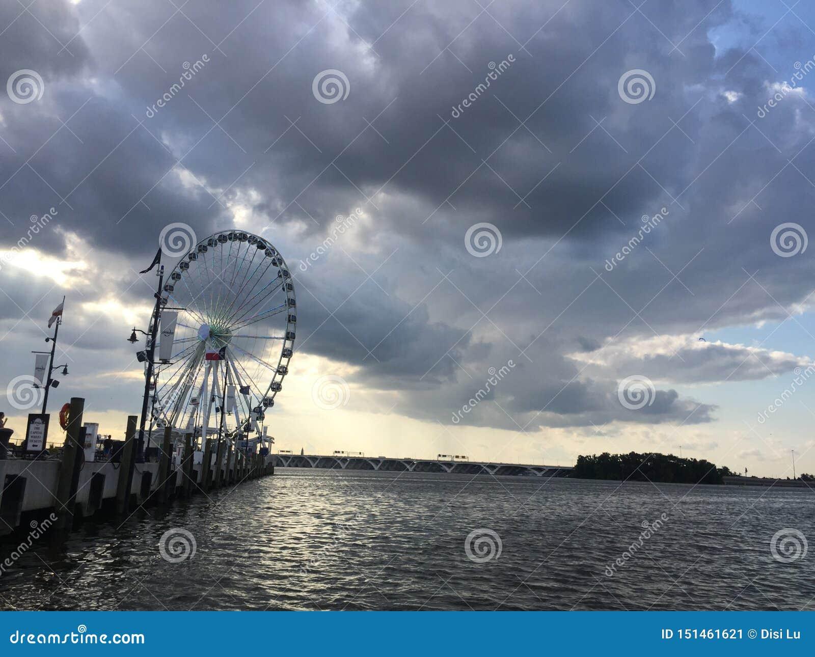 Ferris катят около океана
