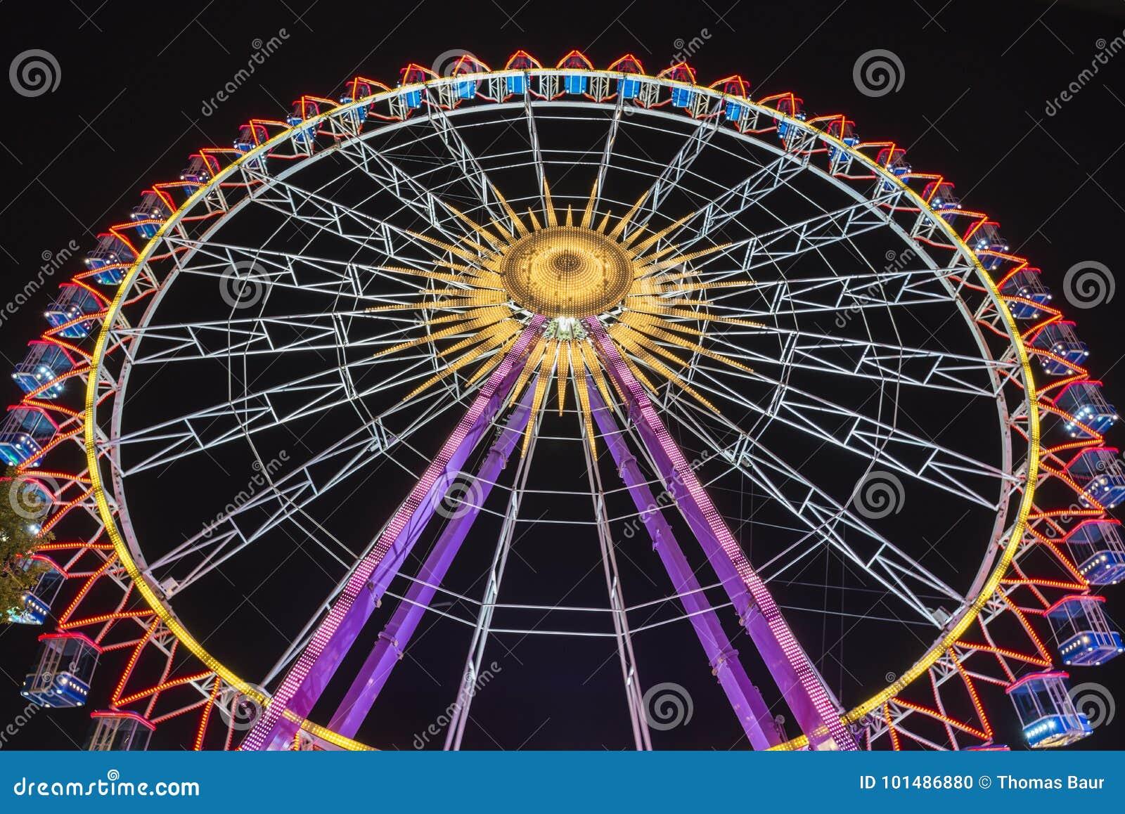 Ferris koło przy nocą z pięknymi światłami