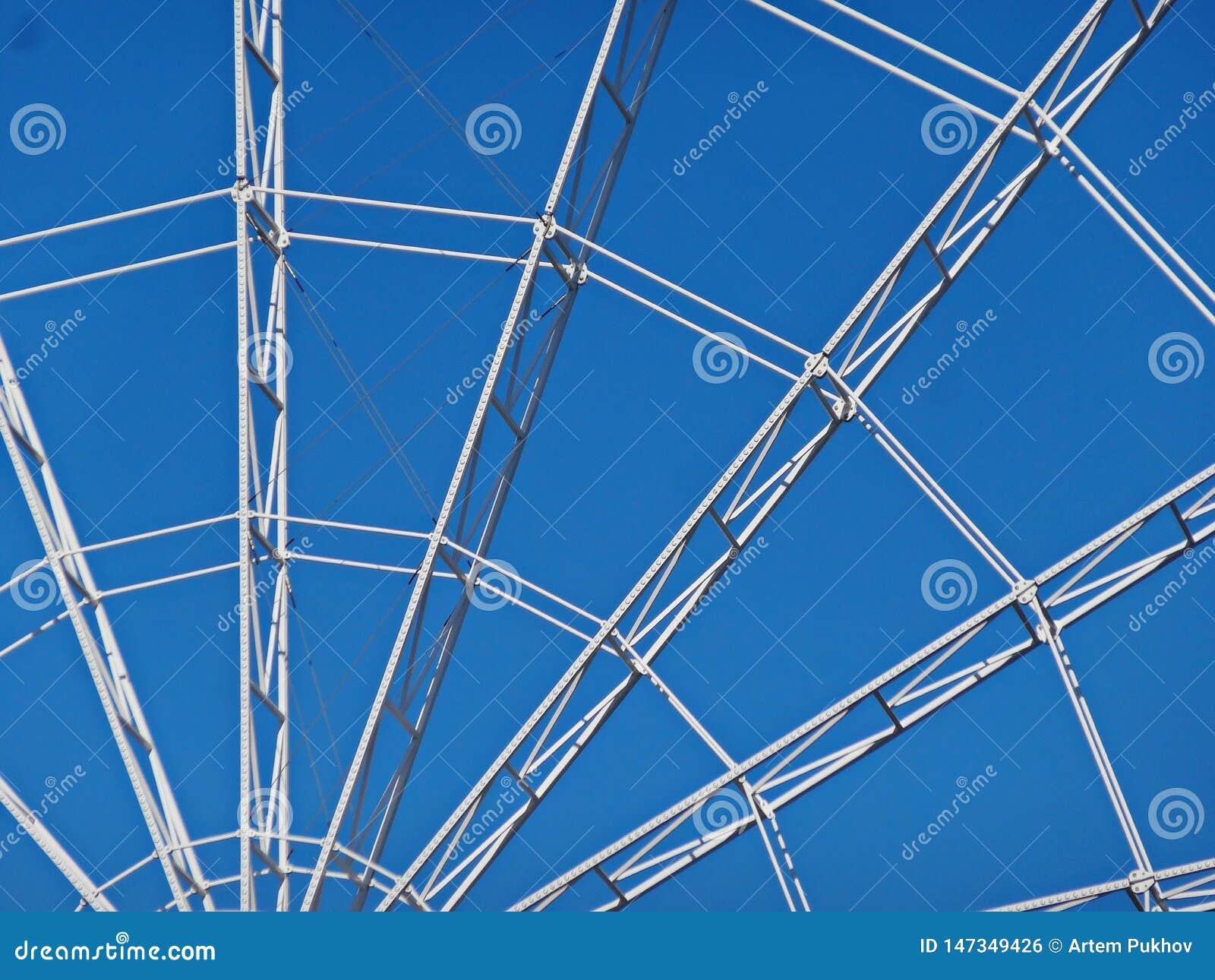 Ferris ko?o na tle niebieskie niebo