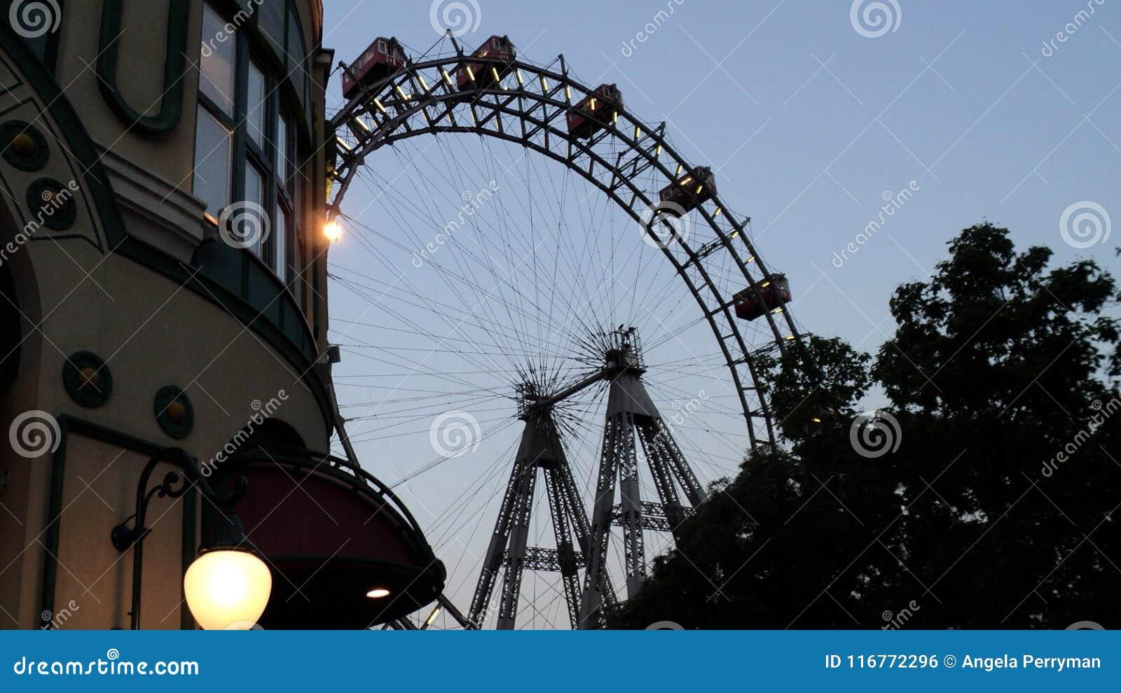 Ferris roda dentro o parque de diversões de Prater em Viena