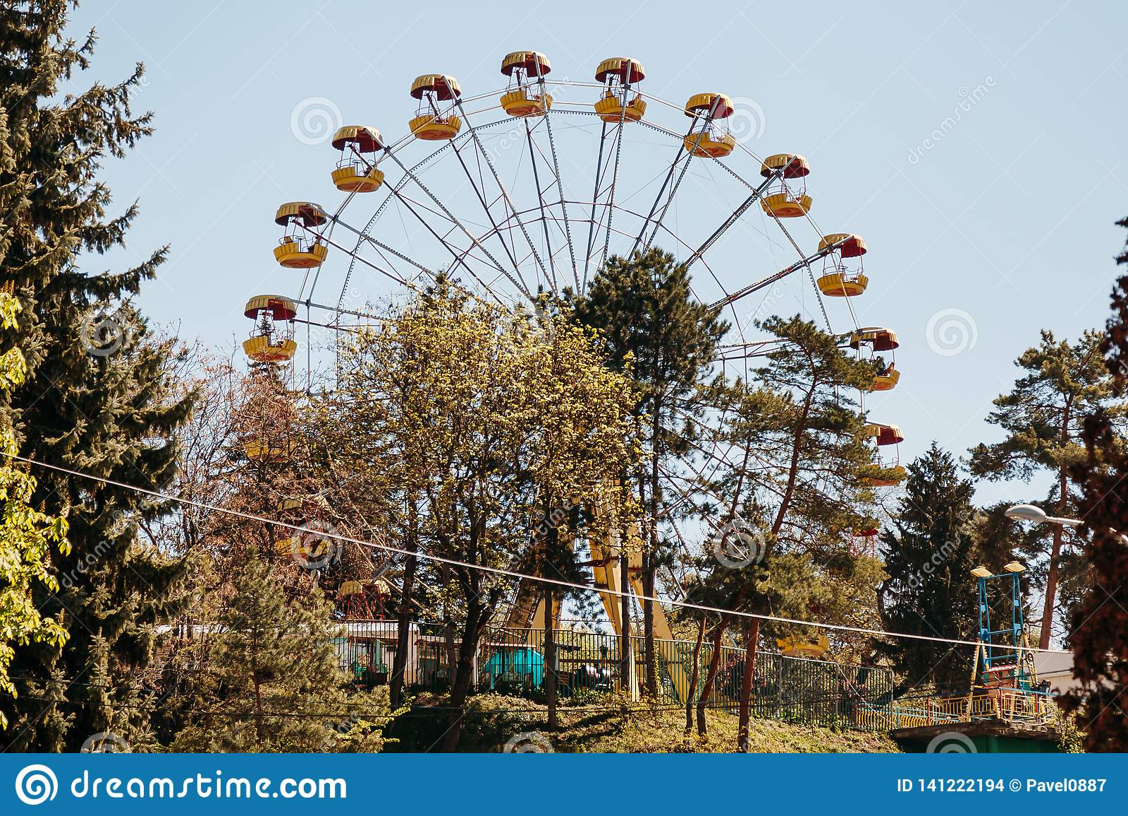 Ferris roda dentro o parque